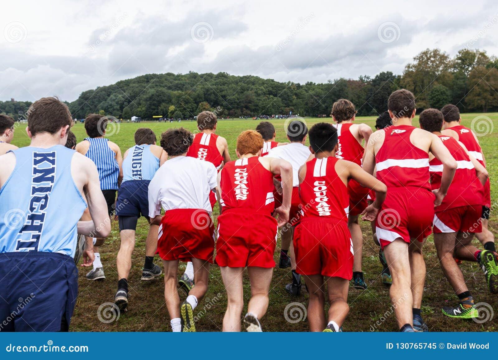 Αγόρια γυμνασίου που αρχίζουν τη διαγώνια φυλή χωρών από πίσω