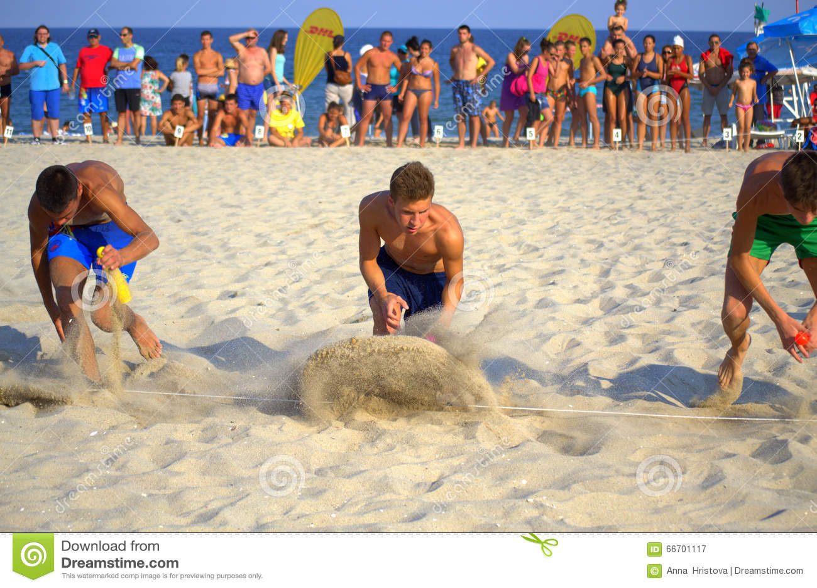 Αγόρια που συναγωνίζονται στην παραλία