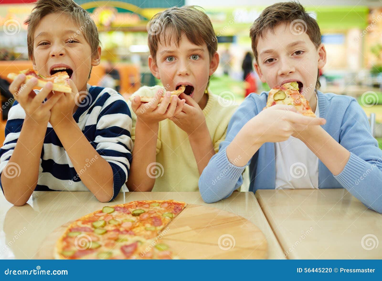 Αγόρια στο pizzeria