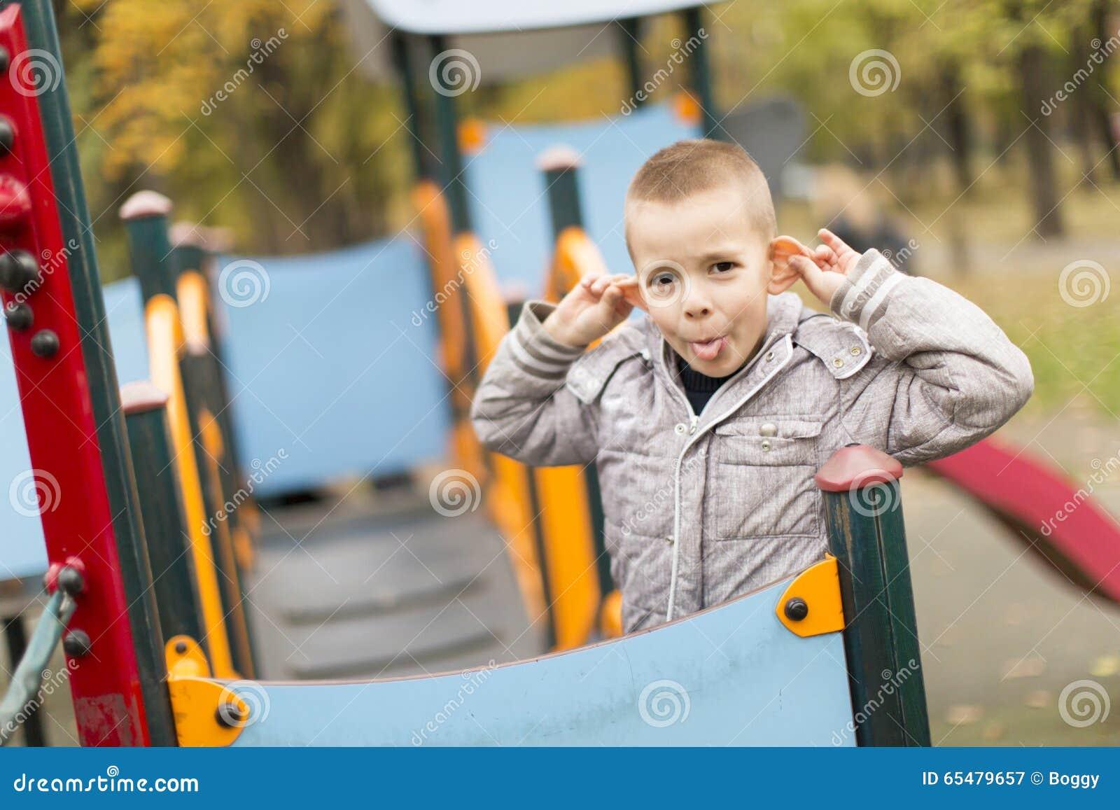 αγόρι λίγη παιδική χαρά