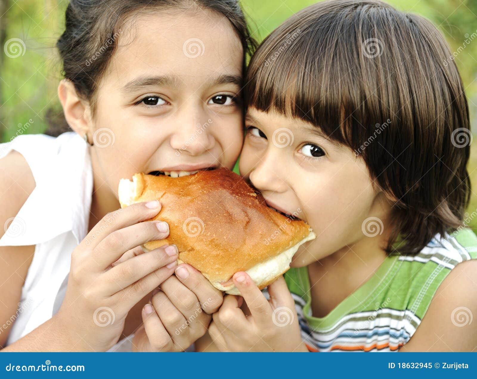 Αγόρι και κορίτσι που τρώνε από κοινού