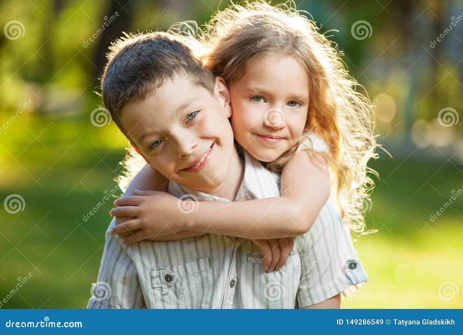 Αγόρι και κορίτσι υπαίθρια