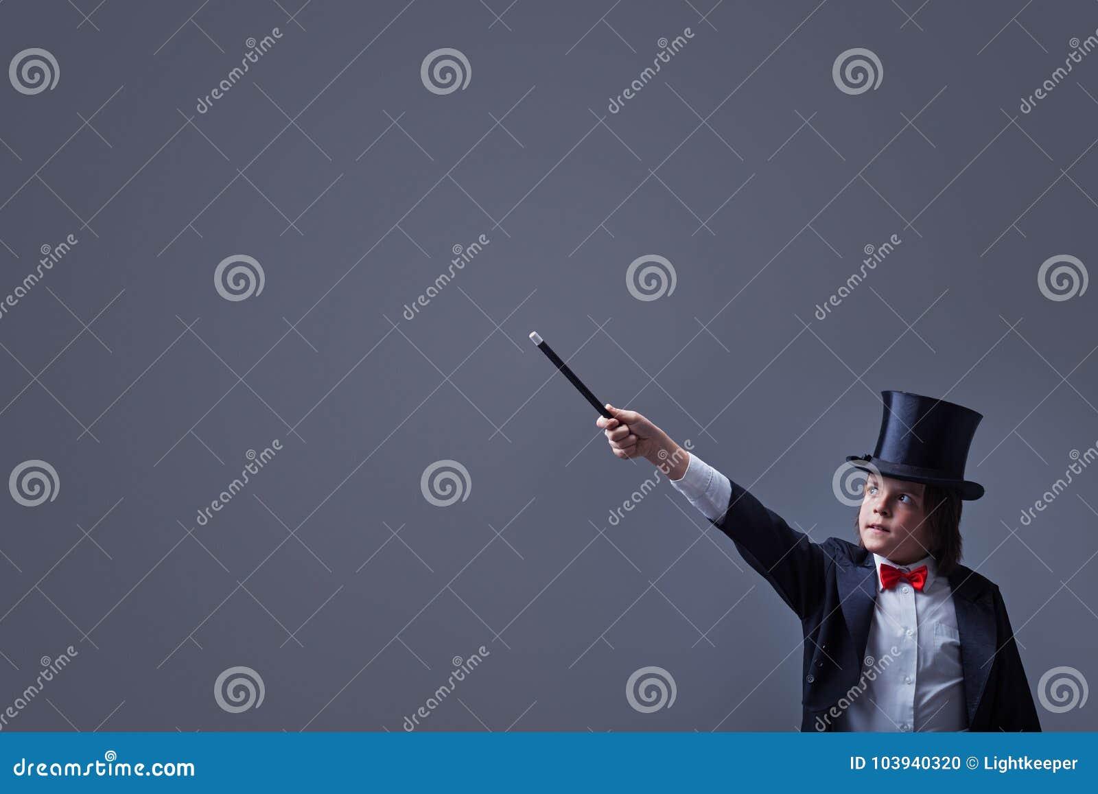 Αγόρι μάγων με hardhat που δείχνει το διάστημα αντιγράφων με τη μαγική ράβδο