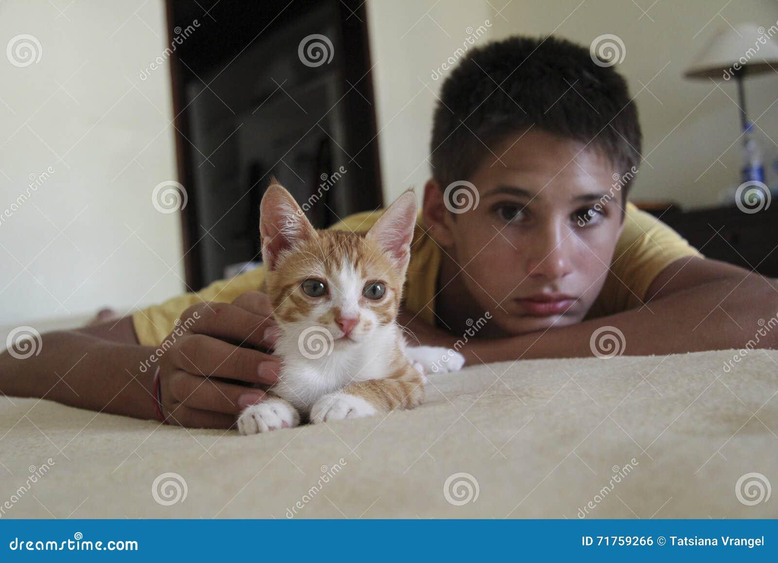 Αγόρι με μια γάτα σε έναν κακό