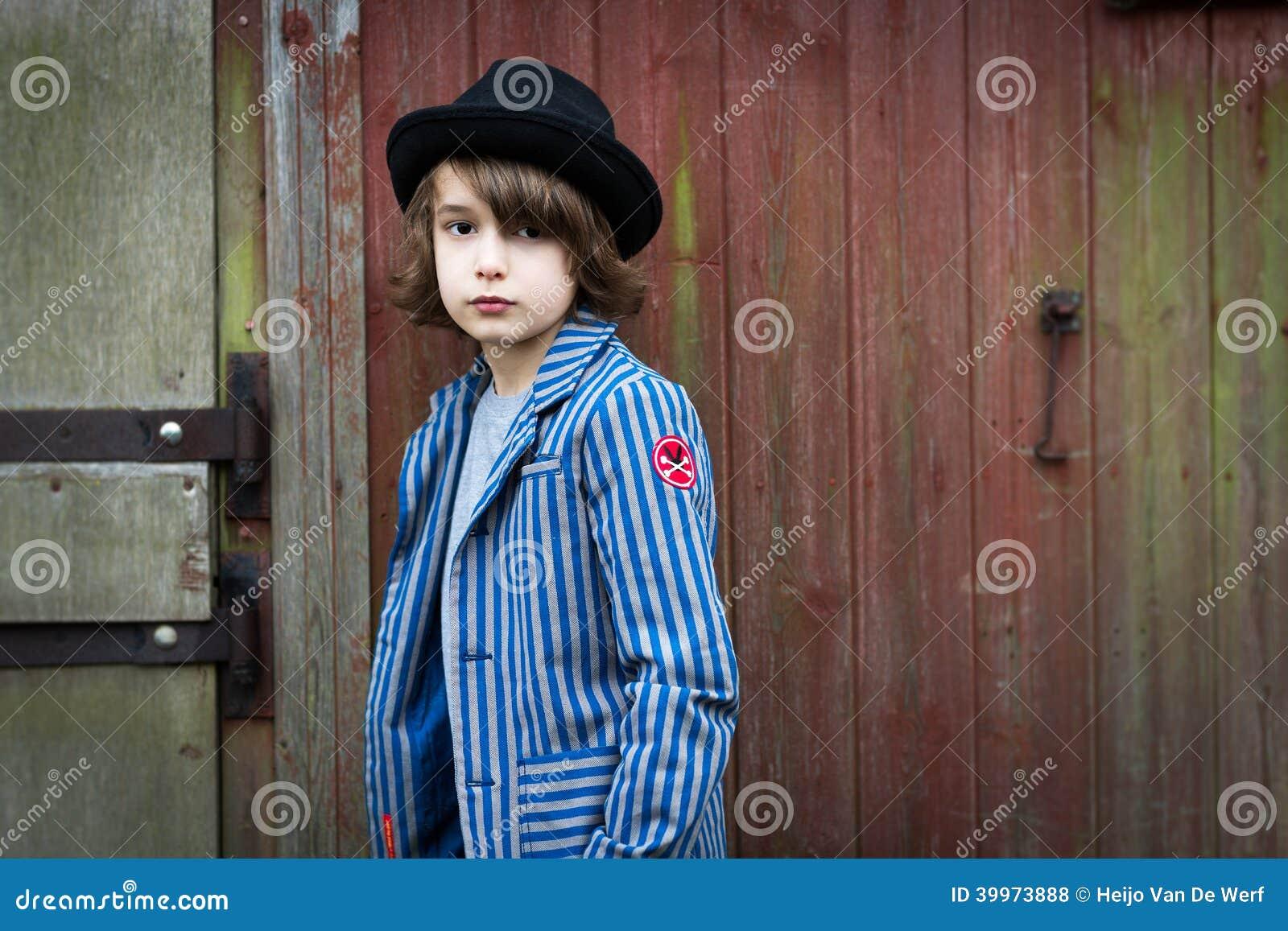 485a00af414 Αγόρι με το καπέλο που κλίνει ενάντια στον τοίχο Στοκ Εικόνες ...