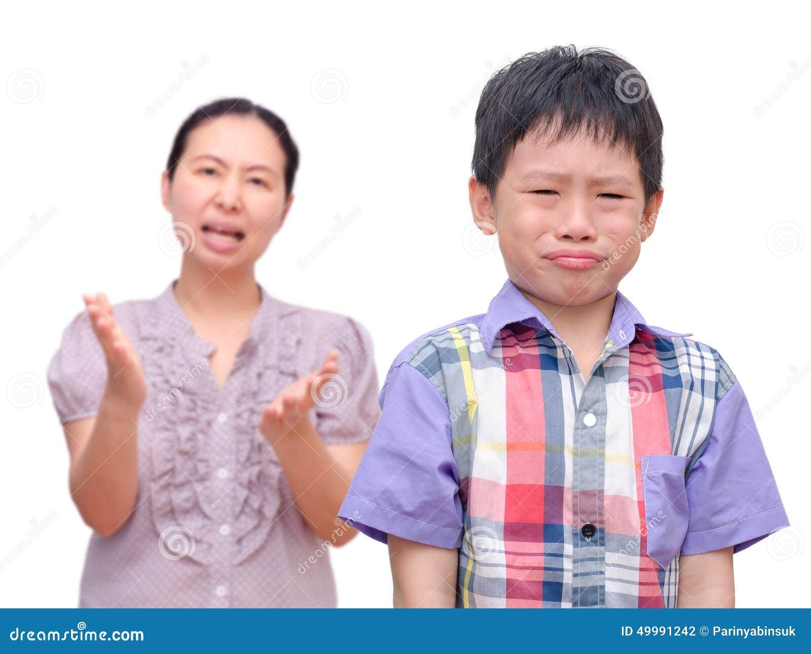 Αγόρι που επιπλήττεται από τη μητέρα του