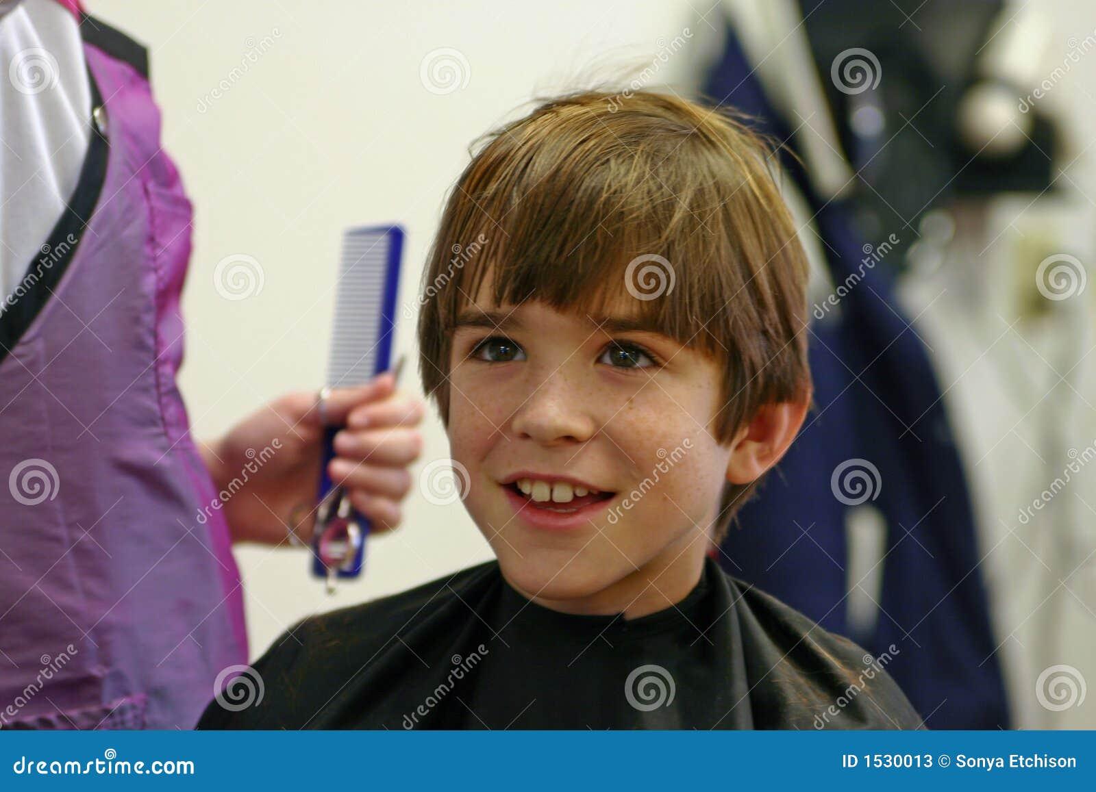 αγόρι που παίρνει το κούρ&epsil