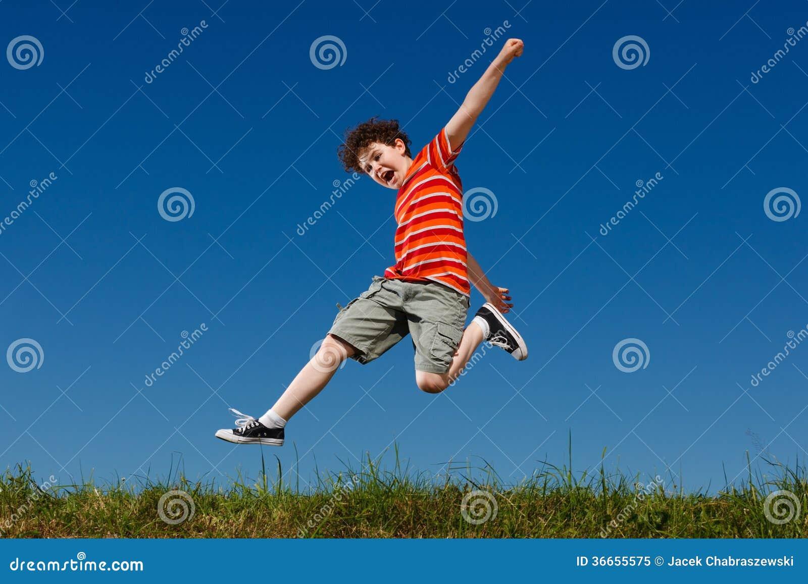 Αγόρι που τρέχει, άλμα υπαίθριο