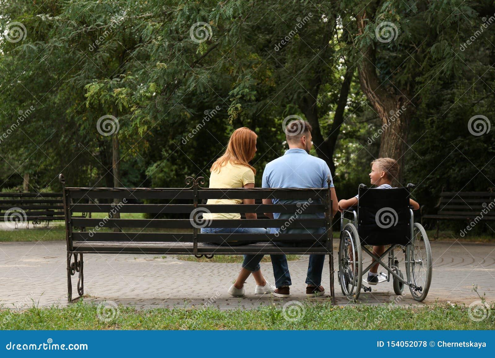 Αγόρι στην αναπηρική καρέκλα με την οικογένειά του