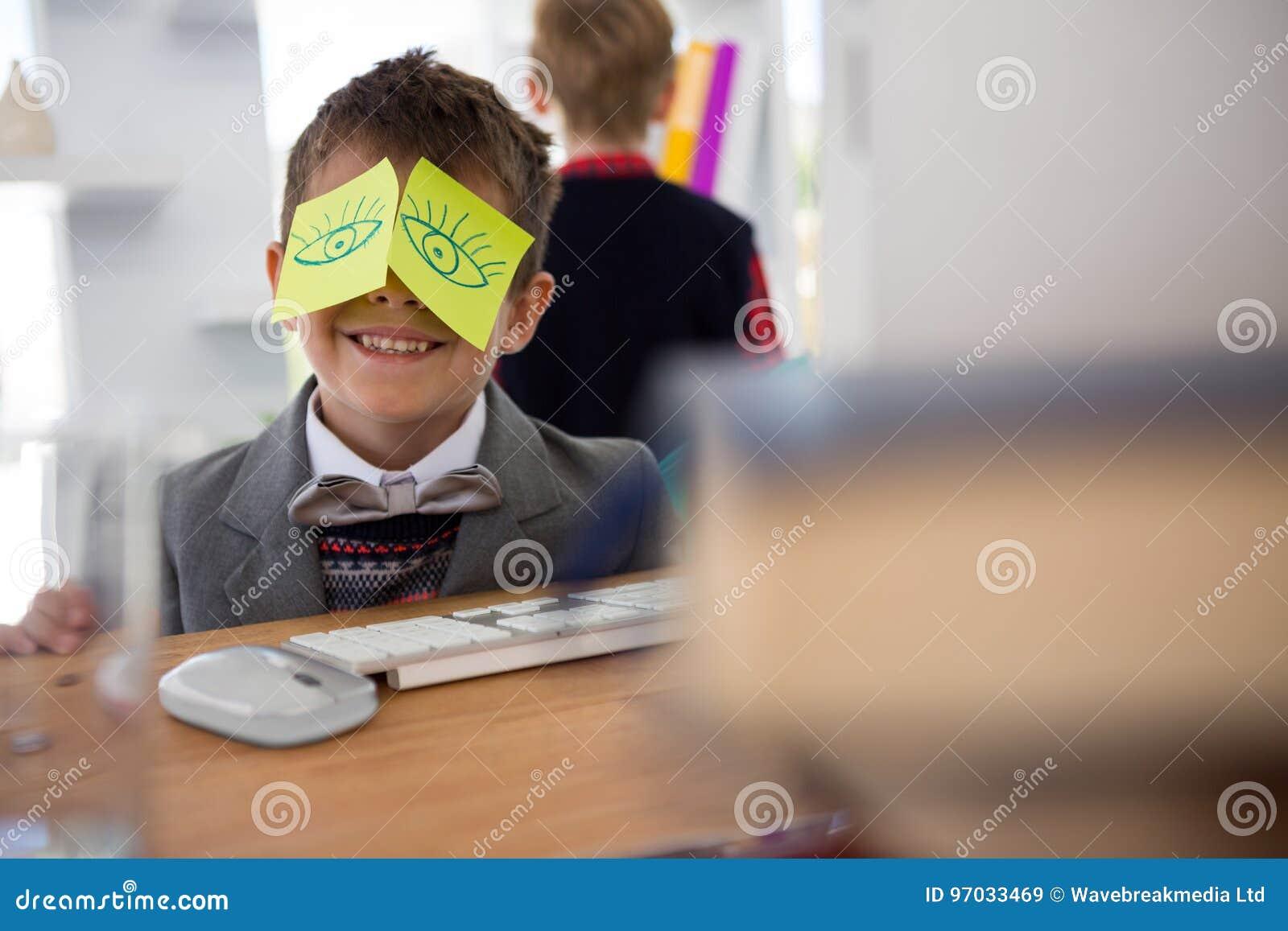 Αγόρι ως ανώτατο στέλεχος επιχείρησης με τις κολλώδεις σημειώσεις για τα μάτια του