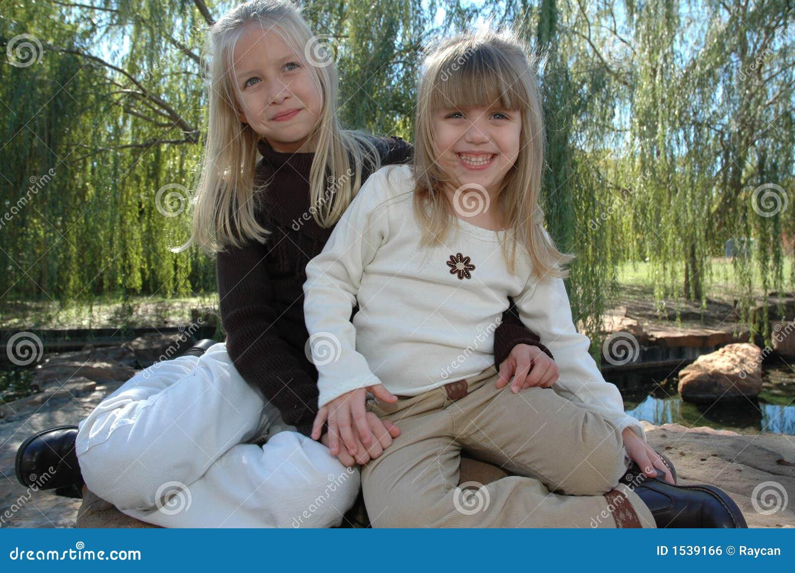 Download αδελφές στοκ εικόνες. εικόνα από εκφραστικός, φιλία, θηλυκό - 1539166