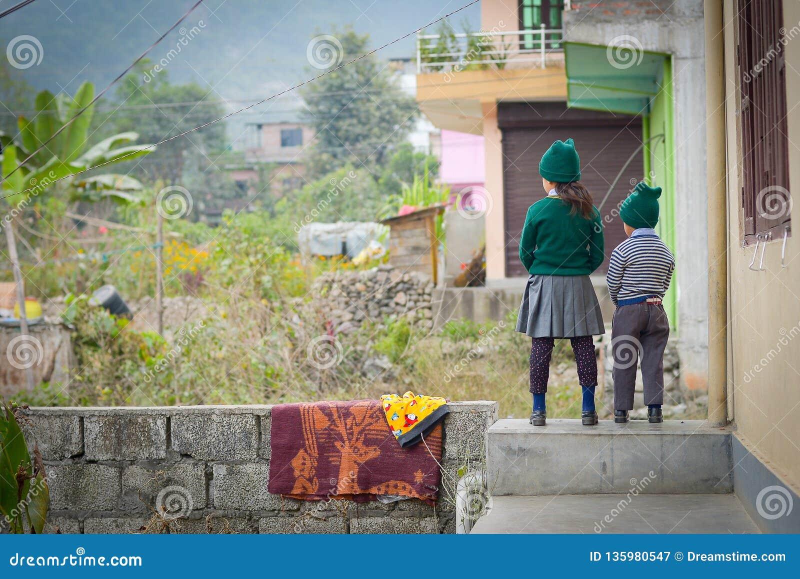 Αδελφός και αδελφή ενώπιον του σχολείου