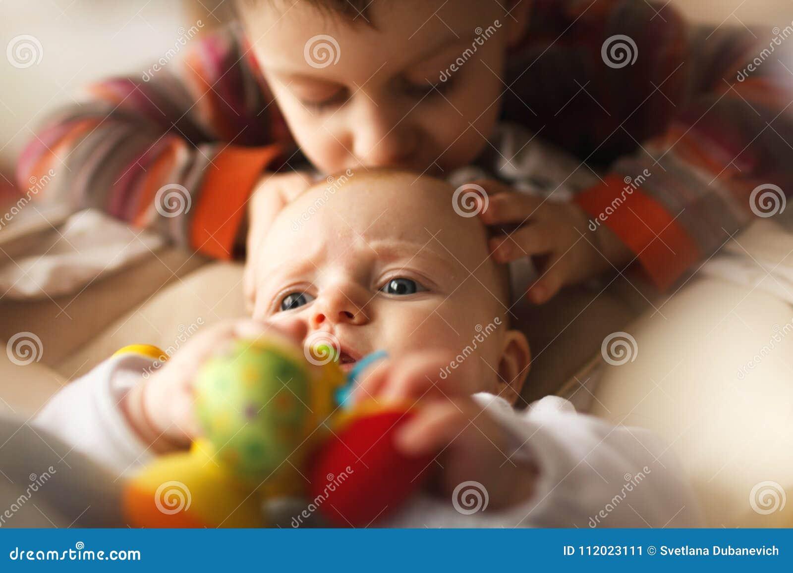 Αδελφός με τη μικρή αδελφή του
