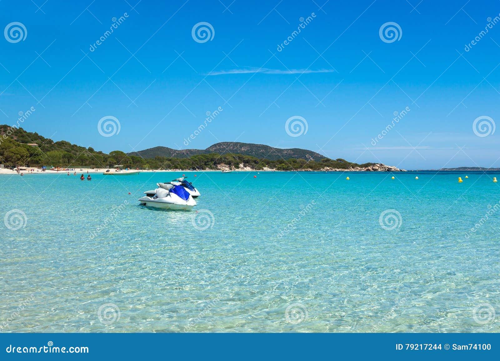 Αεριωθούμενη πρόσδεση σκι στο τυρκουάζ νερό της παραλίας Rondinara στο κοβάλτιο