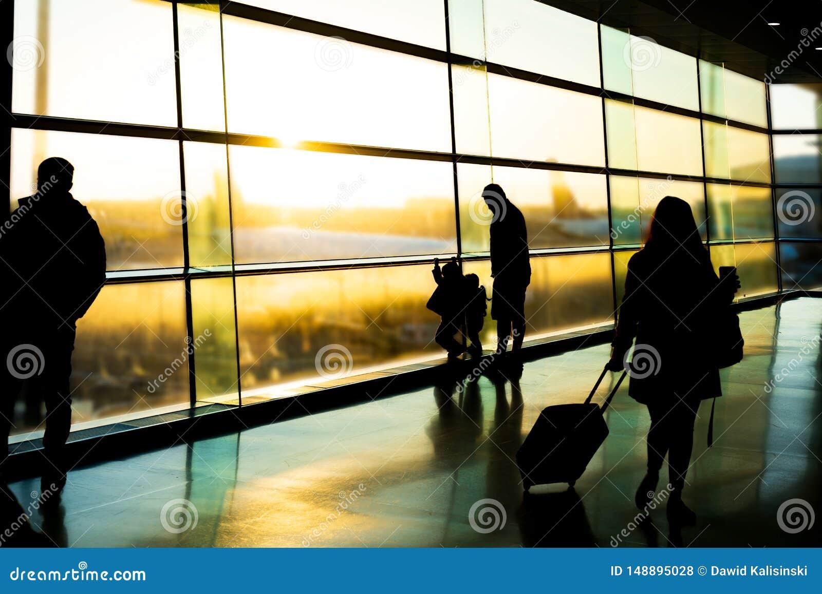 Αερολιμένας, σκιαγραφία του πατέρα με τα παιδιά και τους επιβάτες, Δουβλίνο Ιρλανδία, ανατολή