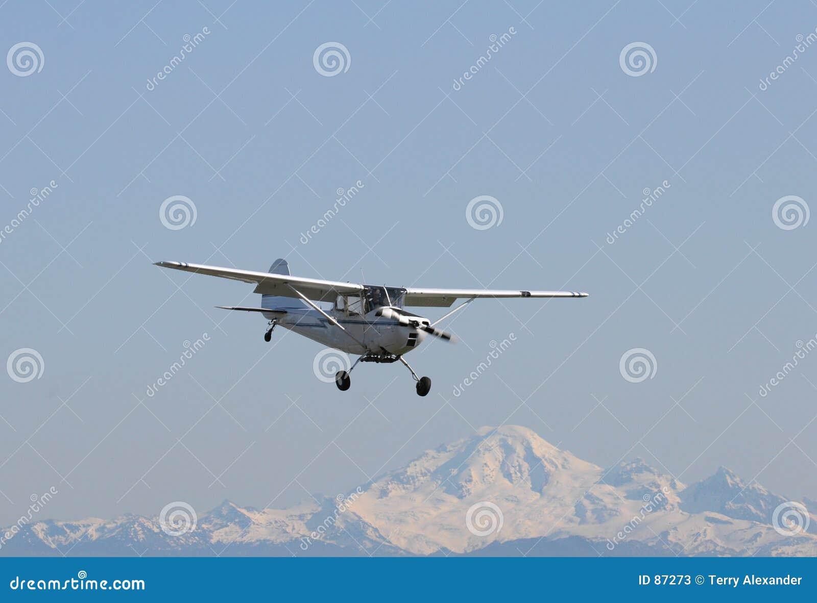 αεροπλάνο βουνών πίσω απελευθέρωσης