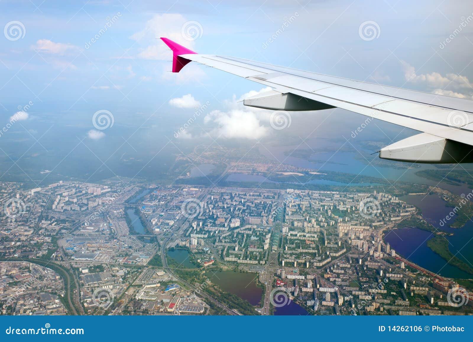 αεροπλάνο κάτω από το φτερ