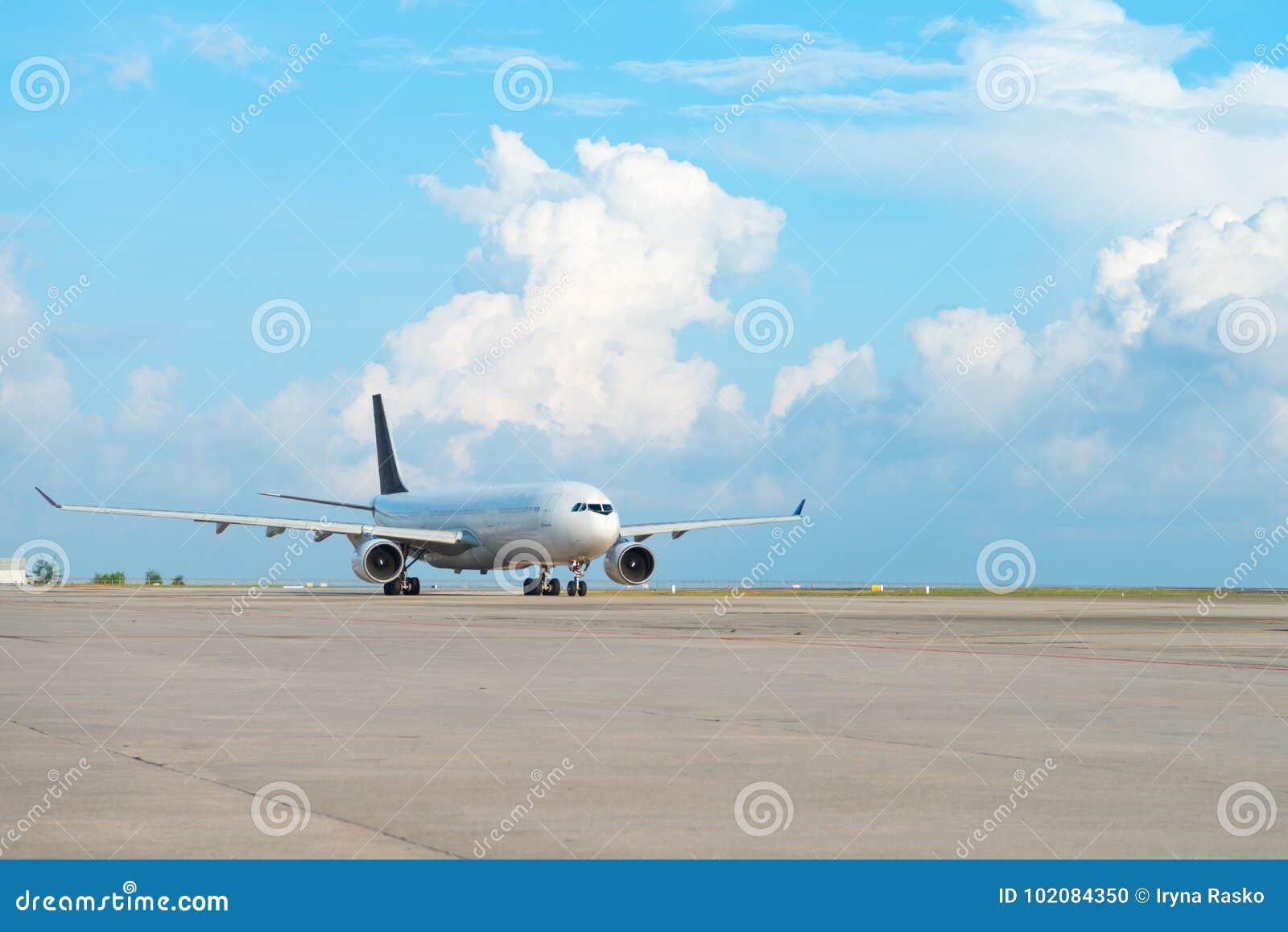 Αεροπλάνο στη λουρίδα διαδρόμων σε έναν αερολιμένα