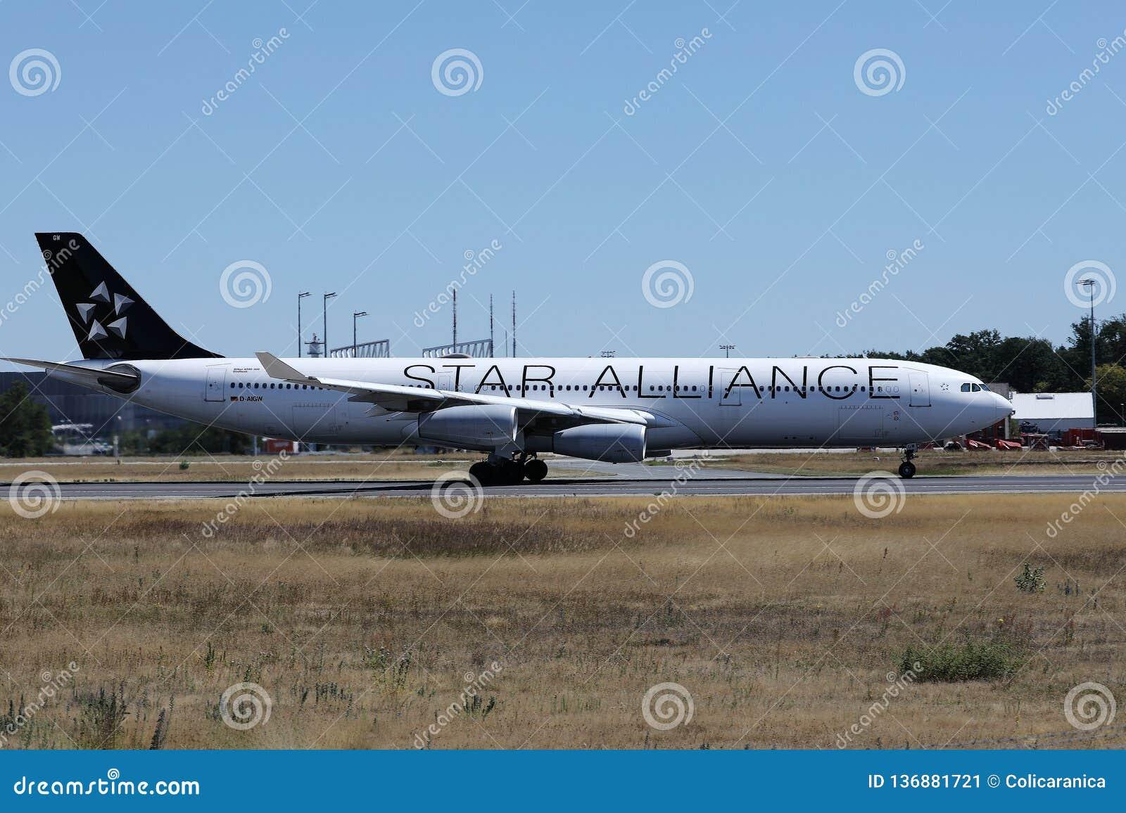 Αεροπλάνο συμμαχίας αστεριών που μετακινείται με ταξί στο διάδρομο