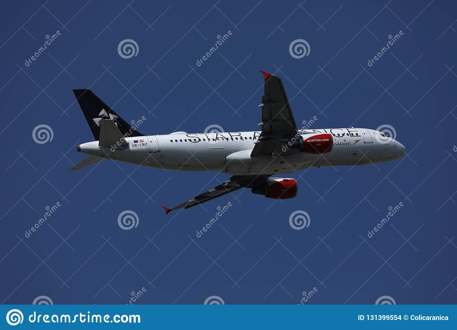 Αεροπλάνο συμμαχίας αστεριών της Austrian Airlines που πετά επάνω στον ουρανό