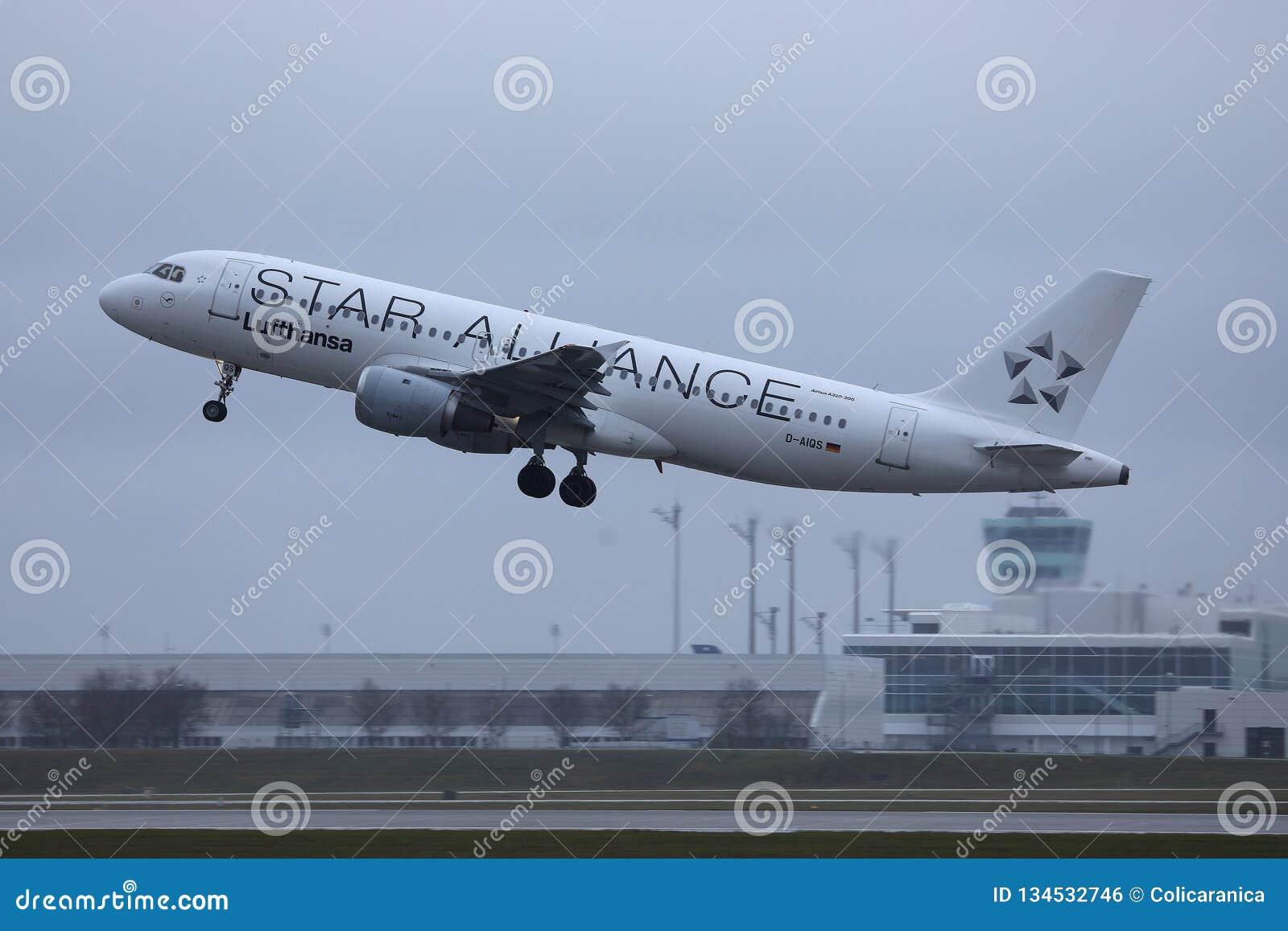 Αεροπλάνο της Lufthansa συμμαχίας αστεριών που απογειώνεται από τον αερολιμένα MUC του Μόναχου