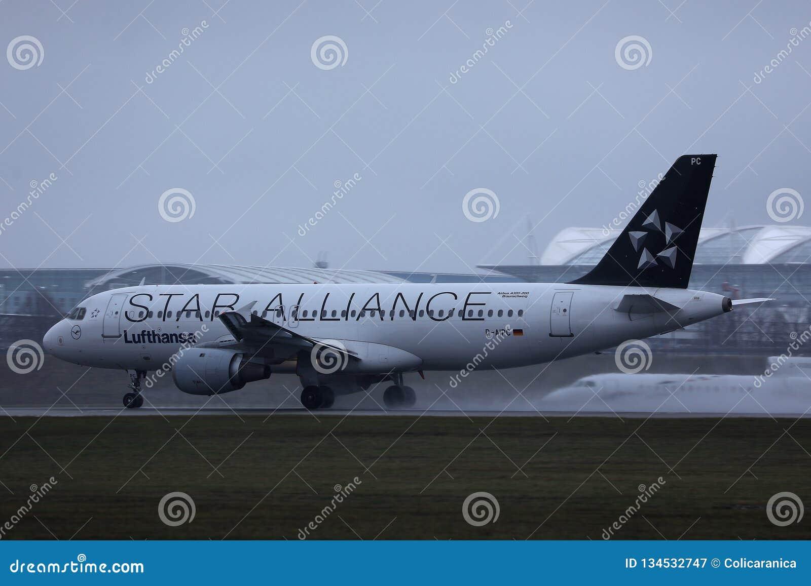 Αεροπλάνο της Lufthansa συμμαχίας αστεριών που κάνει το ταξί στο διάδρομο, άποψη κινηματογραφήσεων σε πρώτο πλάνο