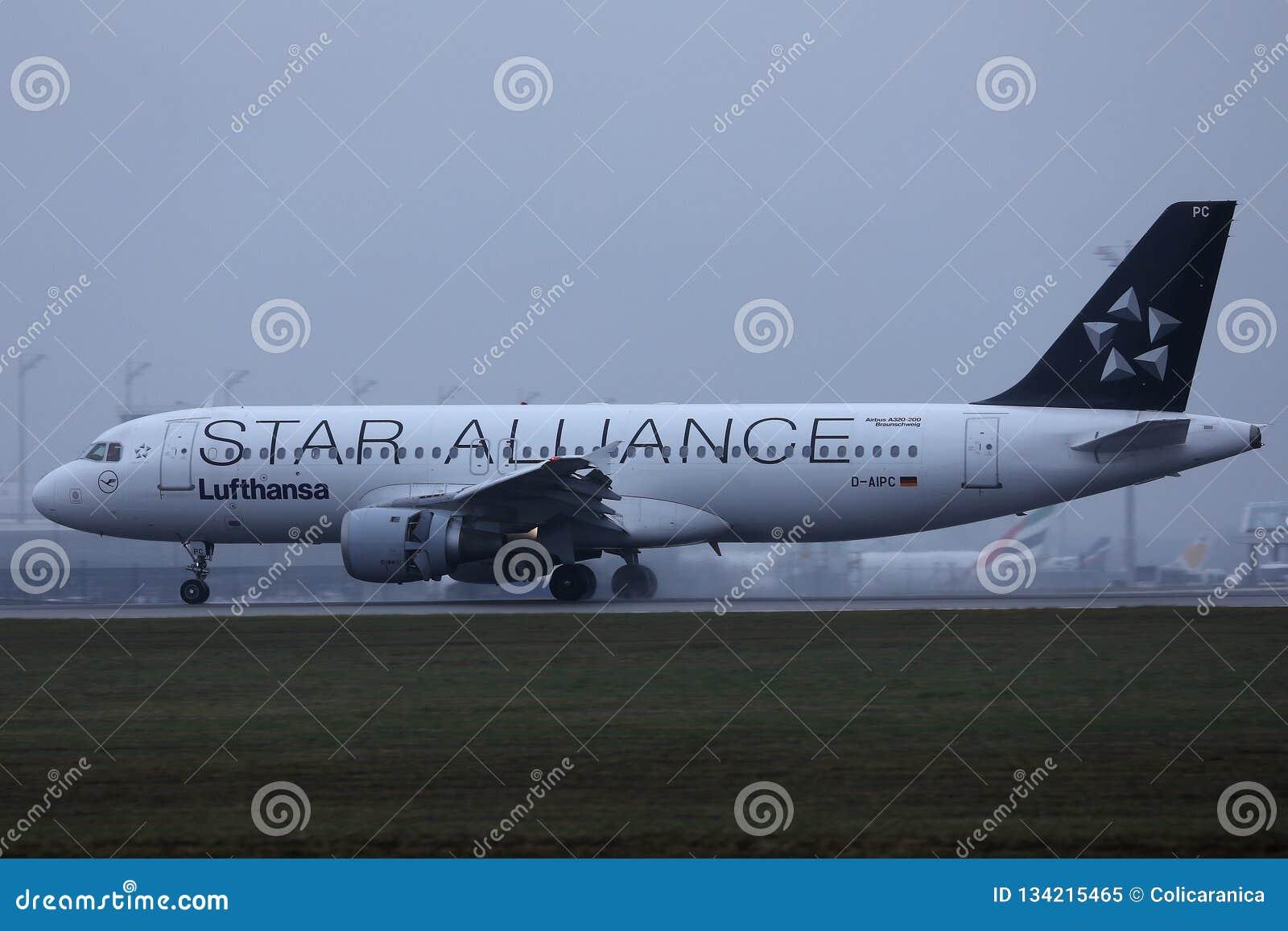 Αεροπλάνο της Lufthansa συμμαχίας αστεριών που μετακινείται με ταξί στον αερολιμένα του Μόναχου, MUC