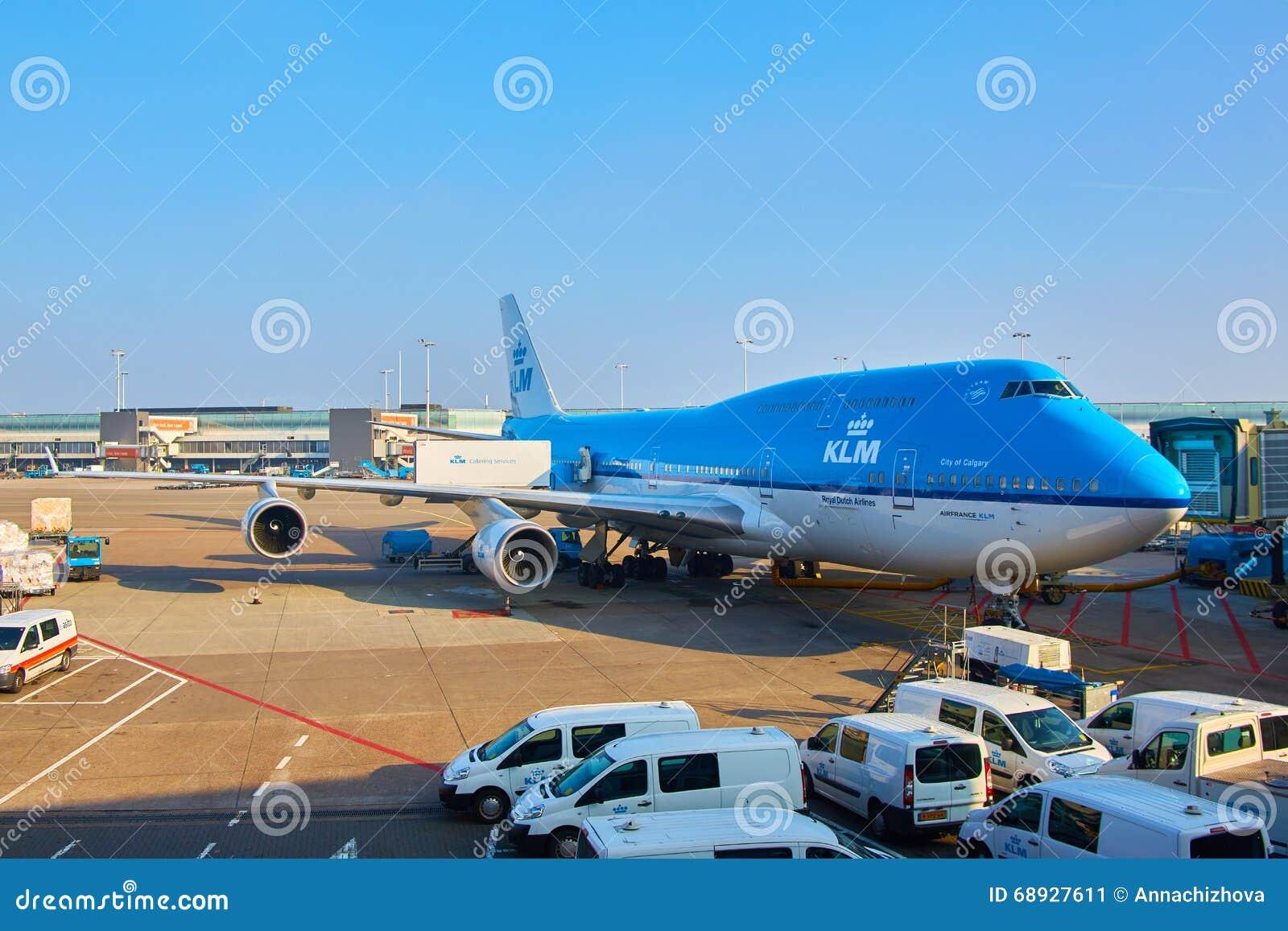 Αεροπλάνο KLM που φορτώνεται στον αερολιμένα Schiphol Άμστερνταμ Κάτω Χώρες
