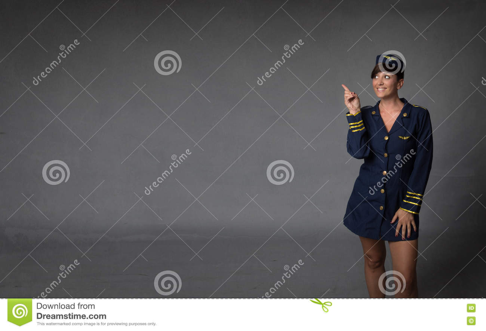 Αεροσυνοδός που υποδεικνύεται με το δάχτυλο