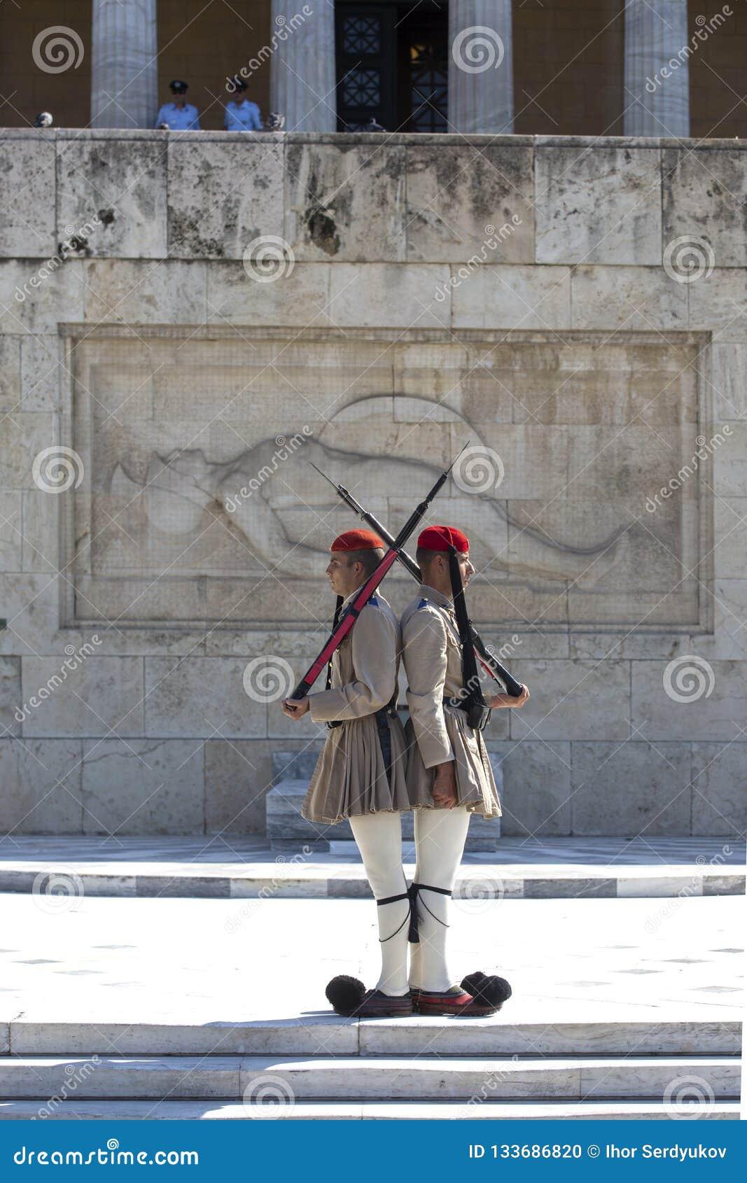 Αθήνα, Ελλάδα - 17 Οκτωβρίου 2018: Αλλαγή της τελετής φρουράς μπροστά από το ελληνικό Κοινοβούλιο που στηρίζεται στη πλατεία Συντ