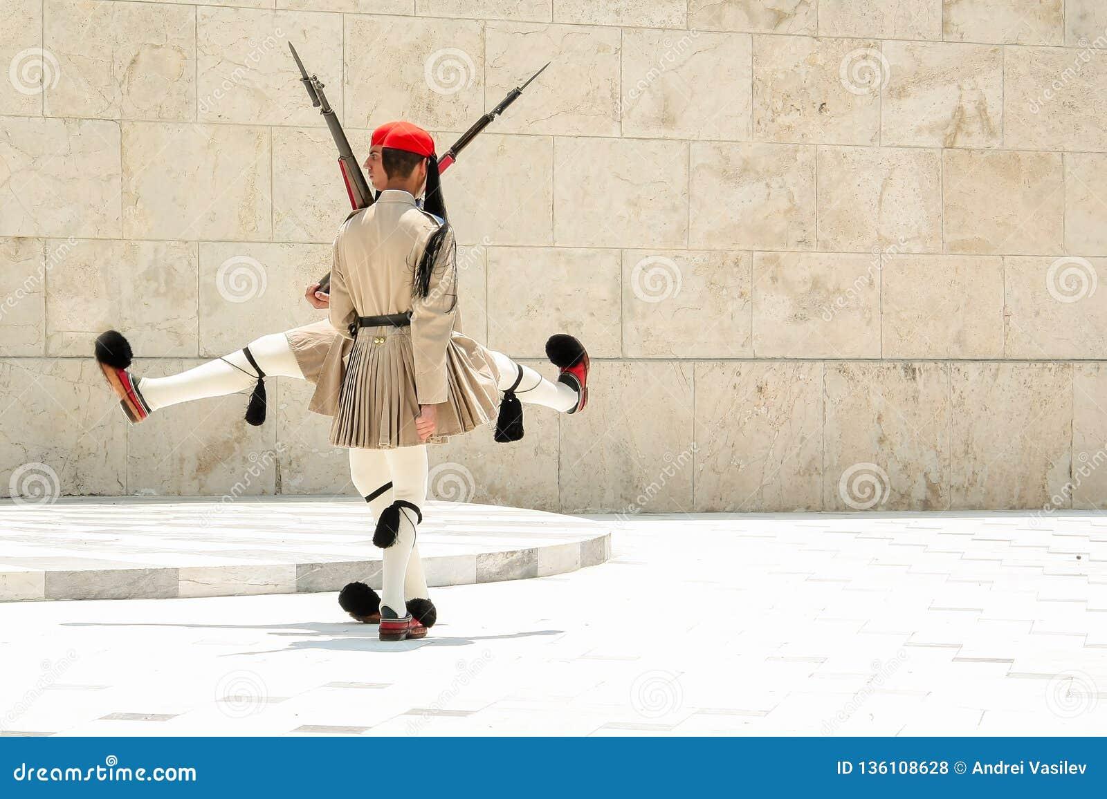 ΑΘΗΝΑ, ΕΛΛΑΔΑ - 6 ΙΟΥΛΊΟΥ 2012 - ο αστείος χορός Evzones, ελληνικοί στρατιώτες της προεδρικής φρουράς πλήρη σε ομοιόμορφο, κατά τ