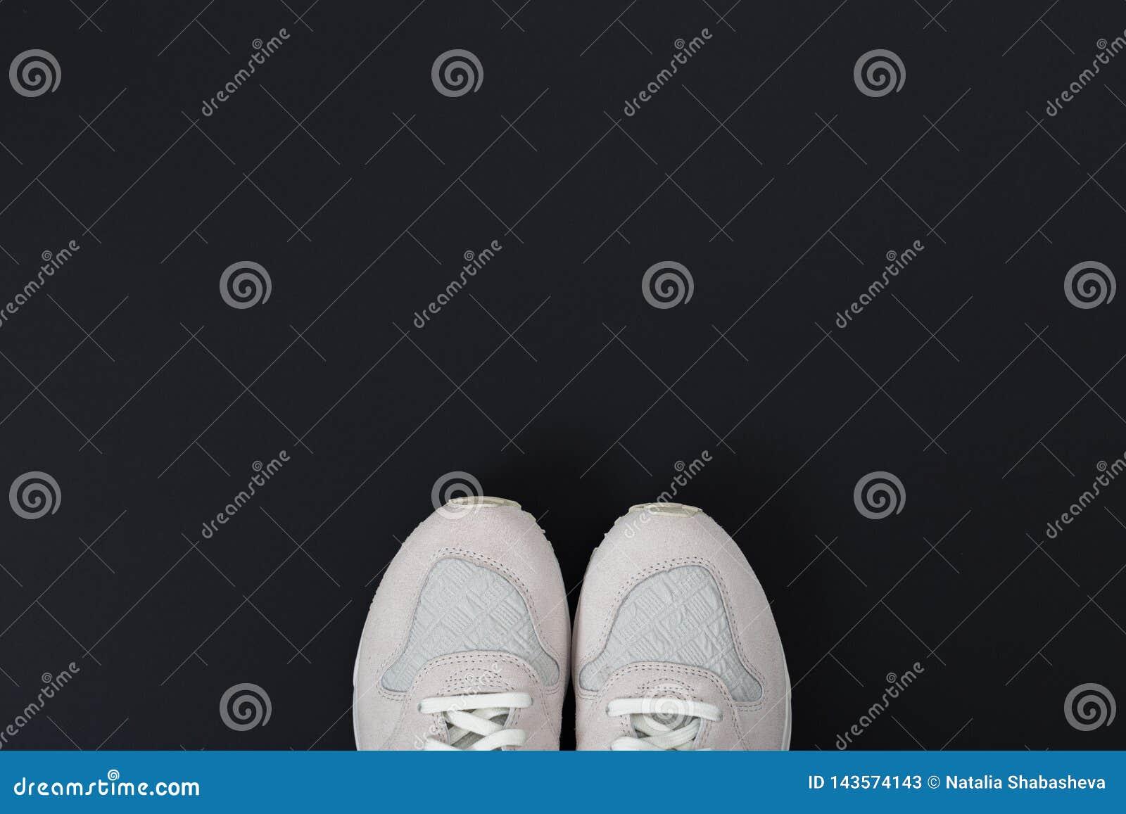 Αθλητικά πάνινα παπούτσια στο μαύρο υπόβαθρο