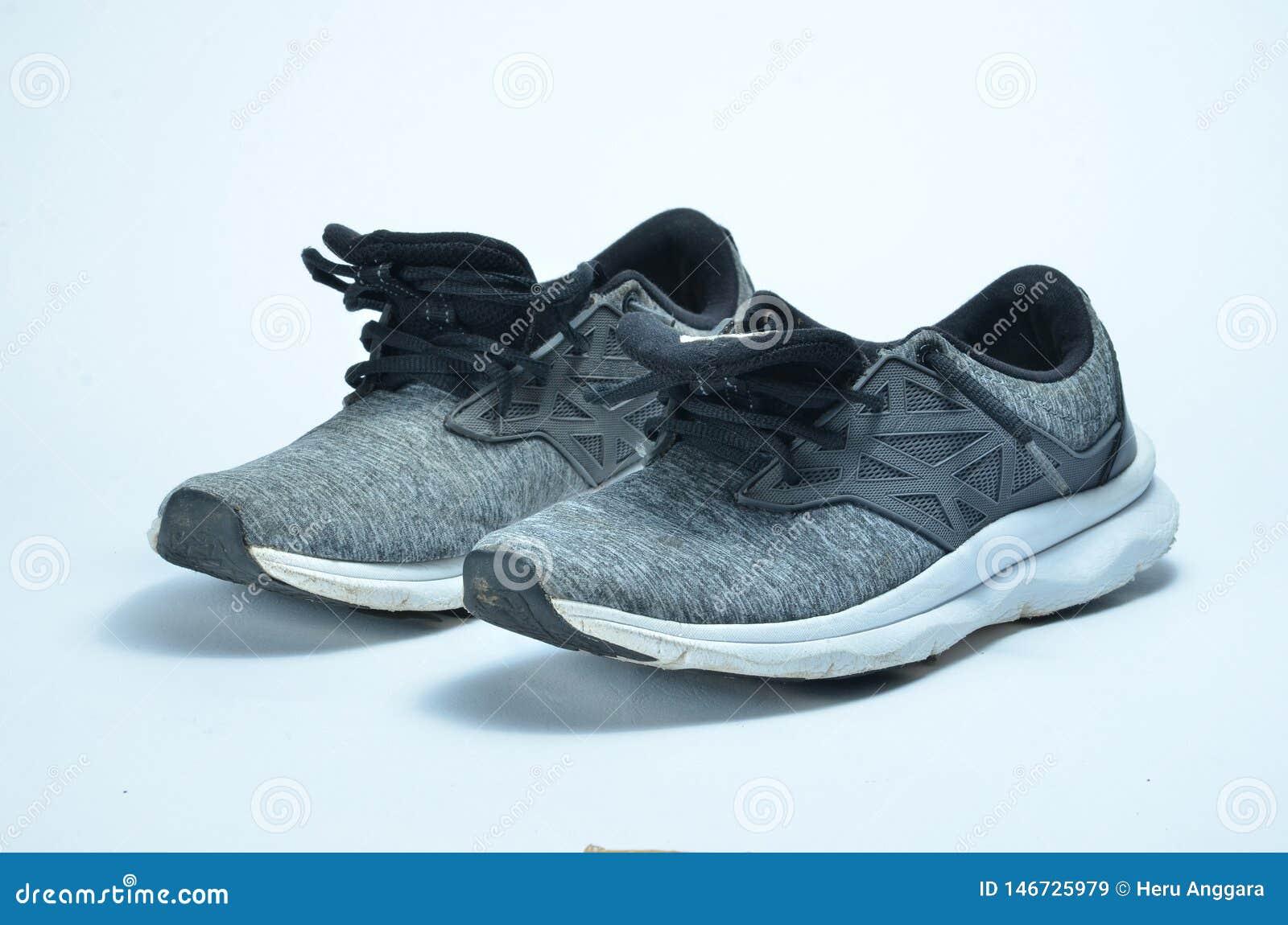 Αθλητικά παπούτσια ατόμων Ζευγάρι των αθλητικών παπουτσιών, γκρίζα αθλητικά παπούτσια χρώματος