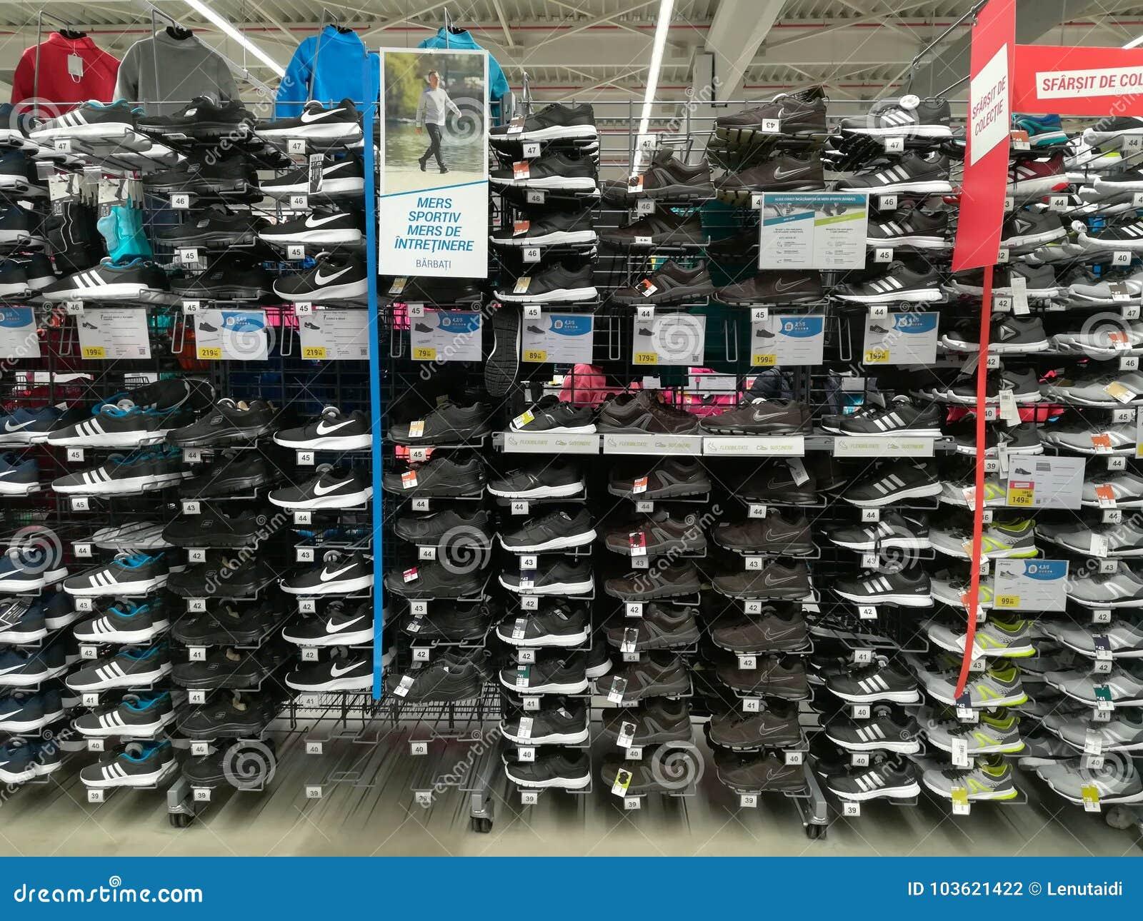 e8a464834a5 Αθλητικά παπούτσια για τα άτομα στο κατάστημα Εκδοτική Φωτογραφία ...
