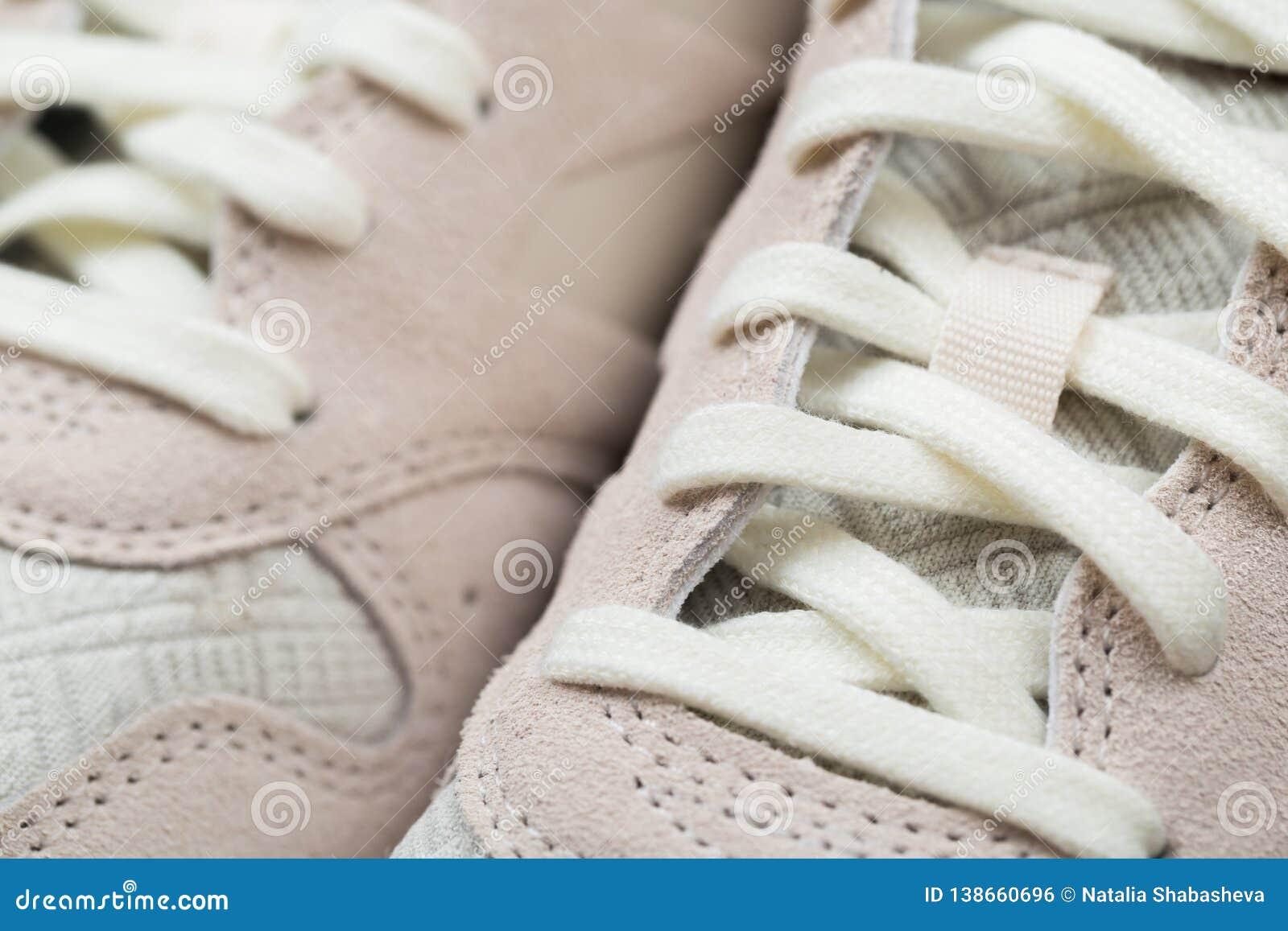 Αθλητικά παπούτσια με τις άσπρες δαντέλλες