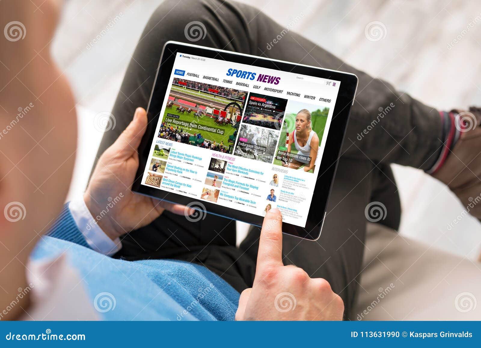 Αθλητικές ειδήσεις ανάγνωσης ατόμων στην ταμπλέτα Όλο το περιεχόμενο αποτελείται