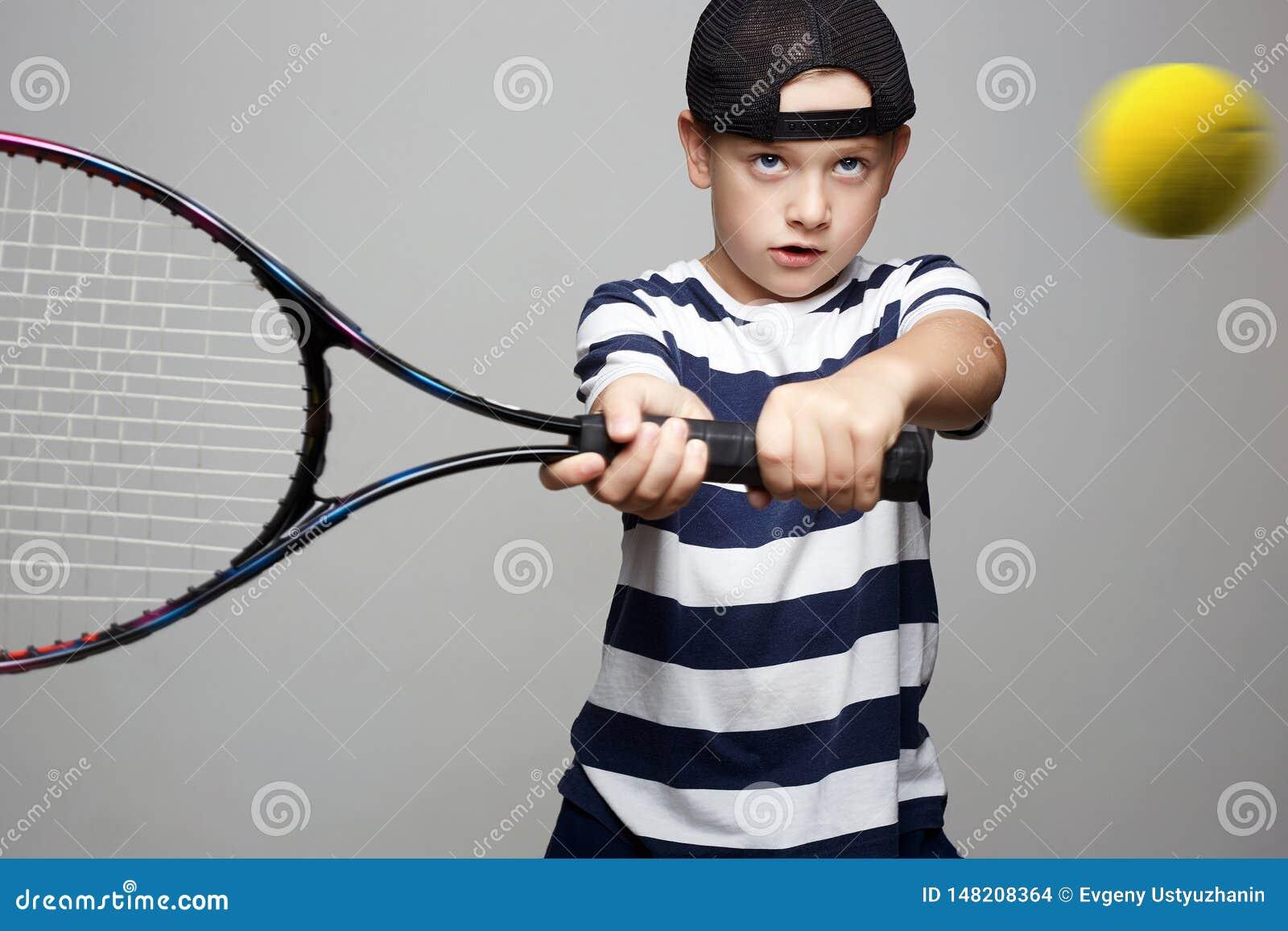 Αθλητικό παιδί Παιδί με τη ρακέτα και τη σφαίρα αντισφαίρισης