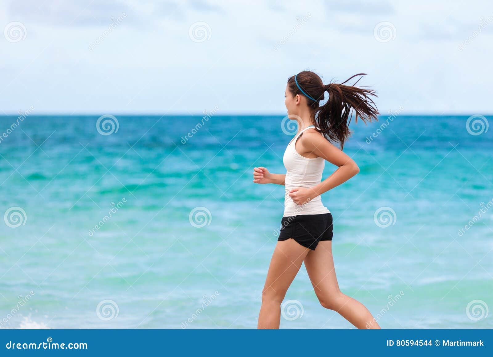 Αθλητής ικανότητας που εκπαιδεύει το καρδιο τρέξιμο στην παραλία