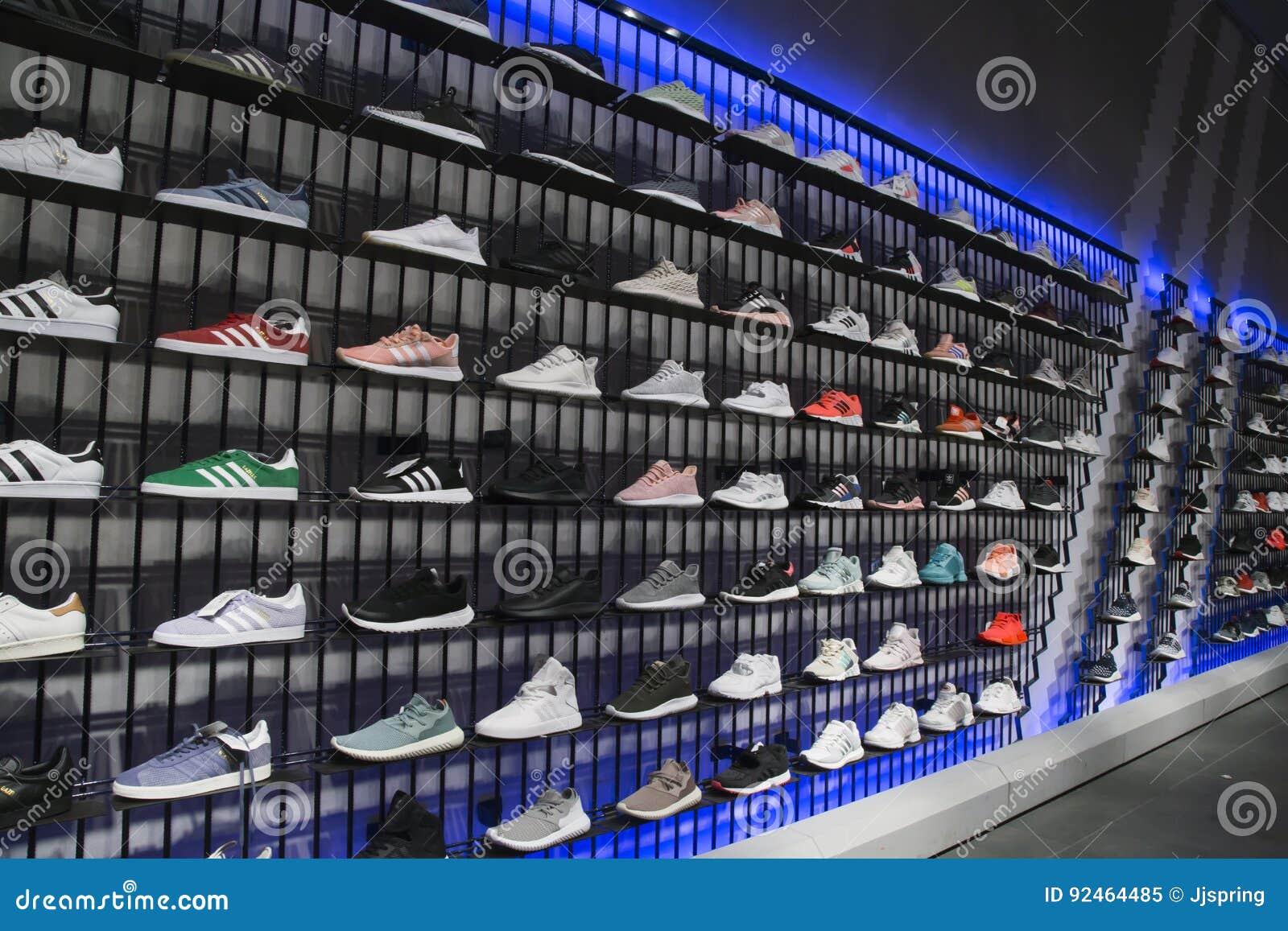 d423253cc56 Αθλητικά παπούτσια στα ράφια στο αθλητικό κατάστημα της Adidas ...