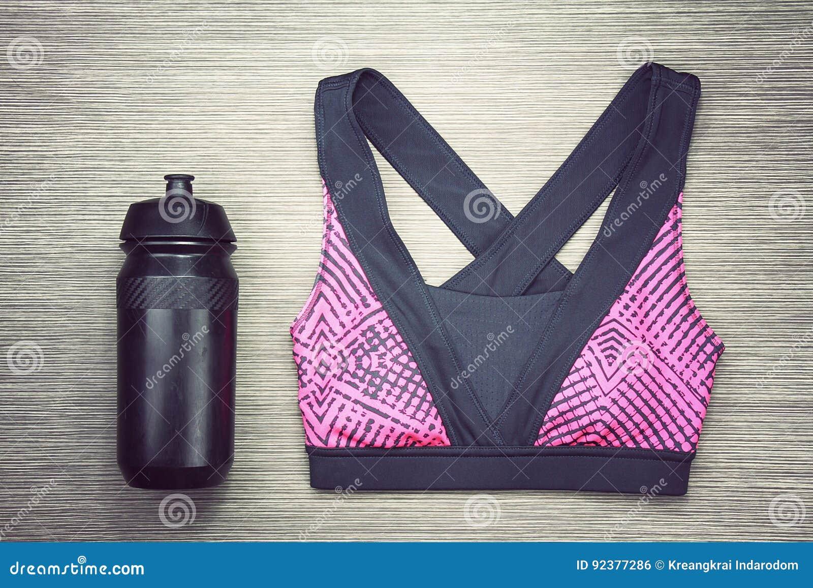 Αθλητικός στηθόδεσμος γυναικών ` s και μαύρο μπουκάλι νερό ποδηλάτων Αθλητικές εξαρτήματα και μόδα