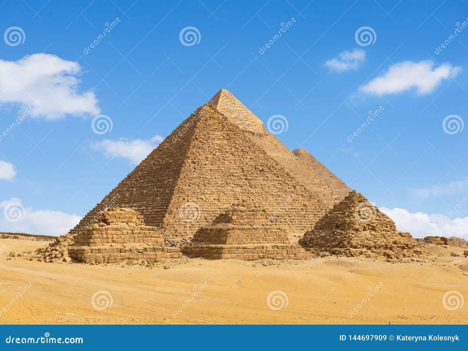 Αιγυπτιακές πυραμίδες σε μια σειρά