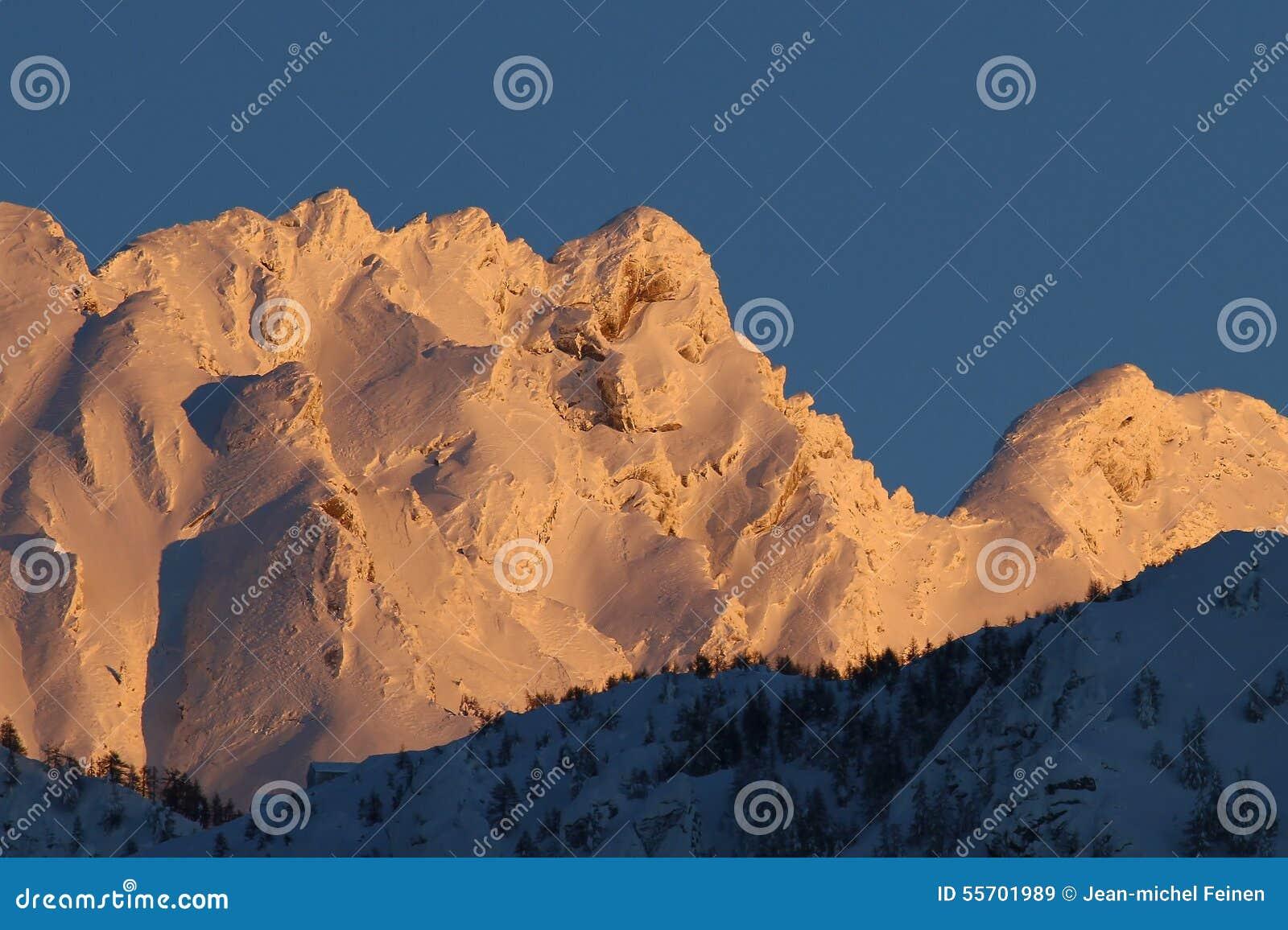 Αιχμή βουνών που καλύπτεται στο χιόνι το χειμώνα