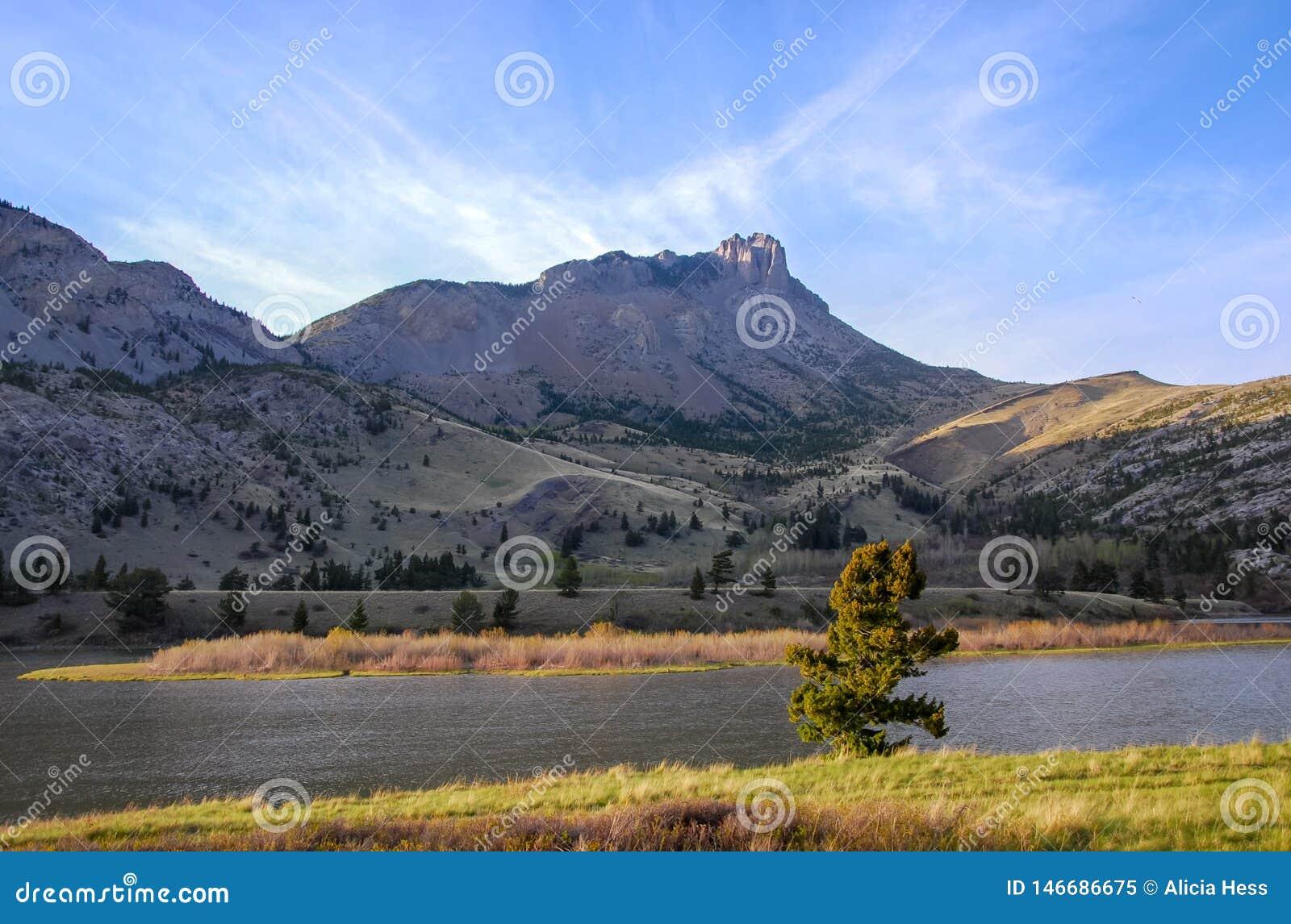Αιχμηρές αιχμές βουνών κατά μήκος του ανατολικού μετώπου της Μοντάνα