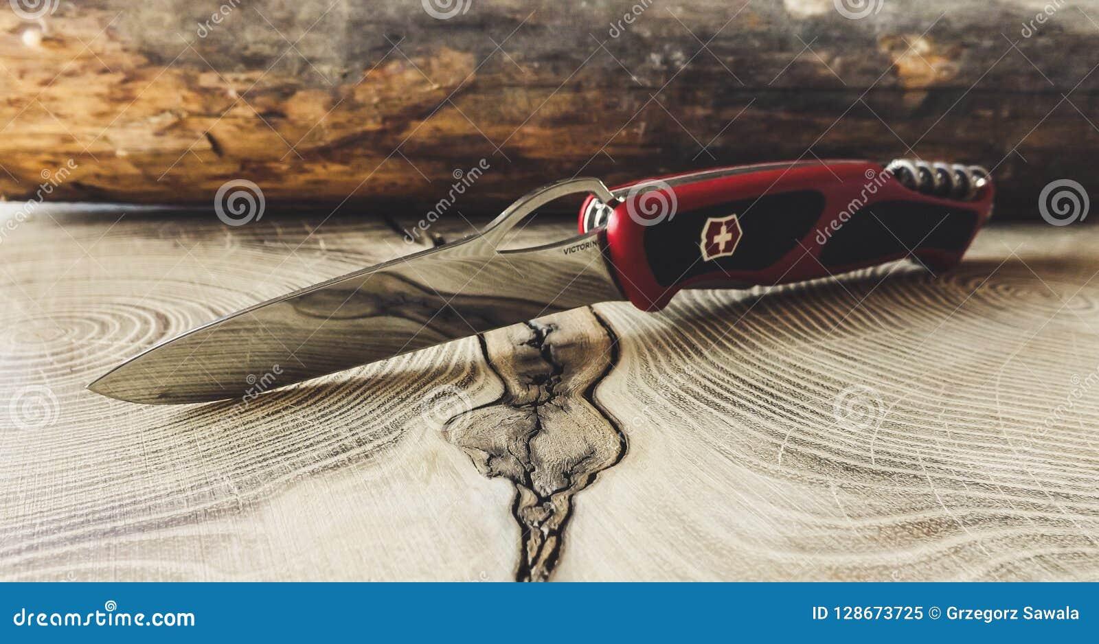 Αιχμηρό μαχαίρι Victorinox στον ξύλινο πίνακα