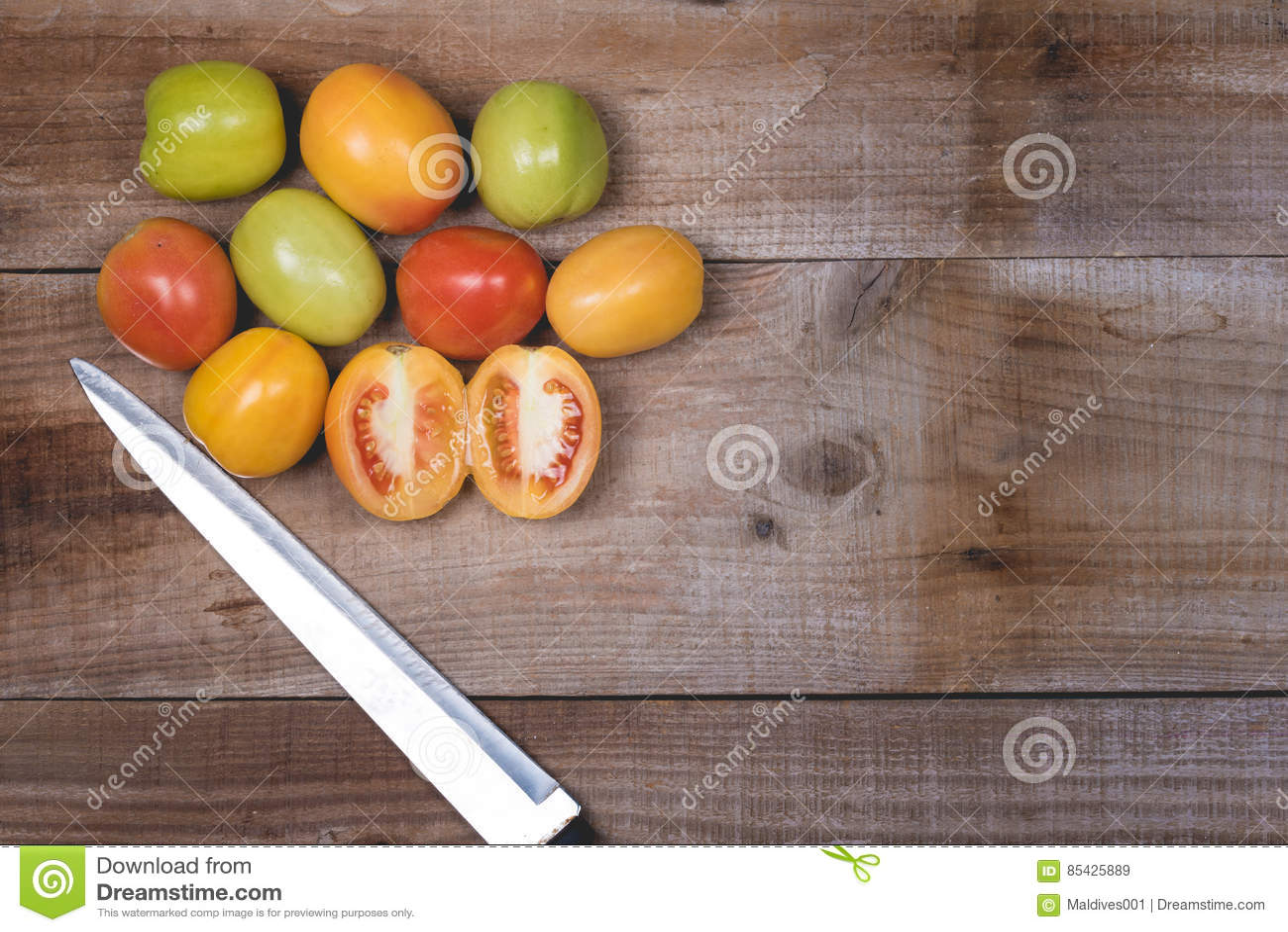 Ακατέργαστες ντομάτες σε ένα ξύλινο υπόβαθρο