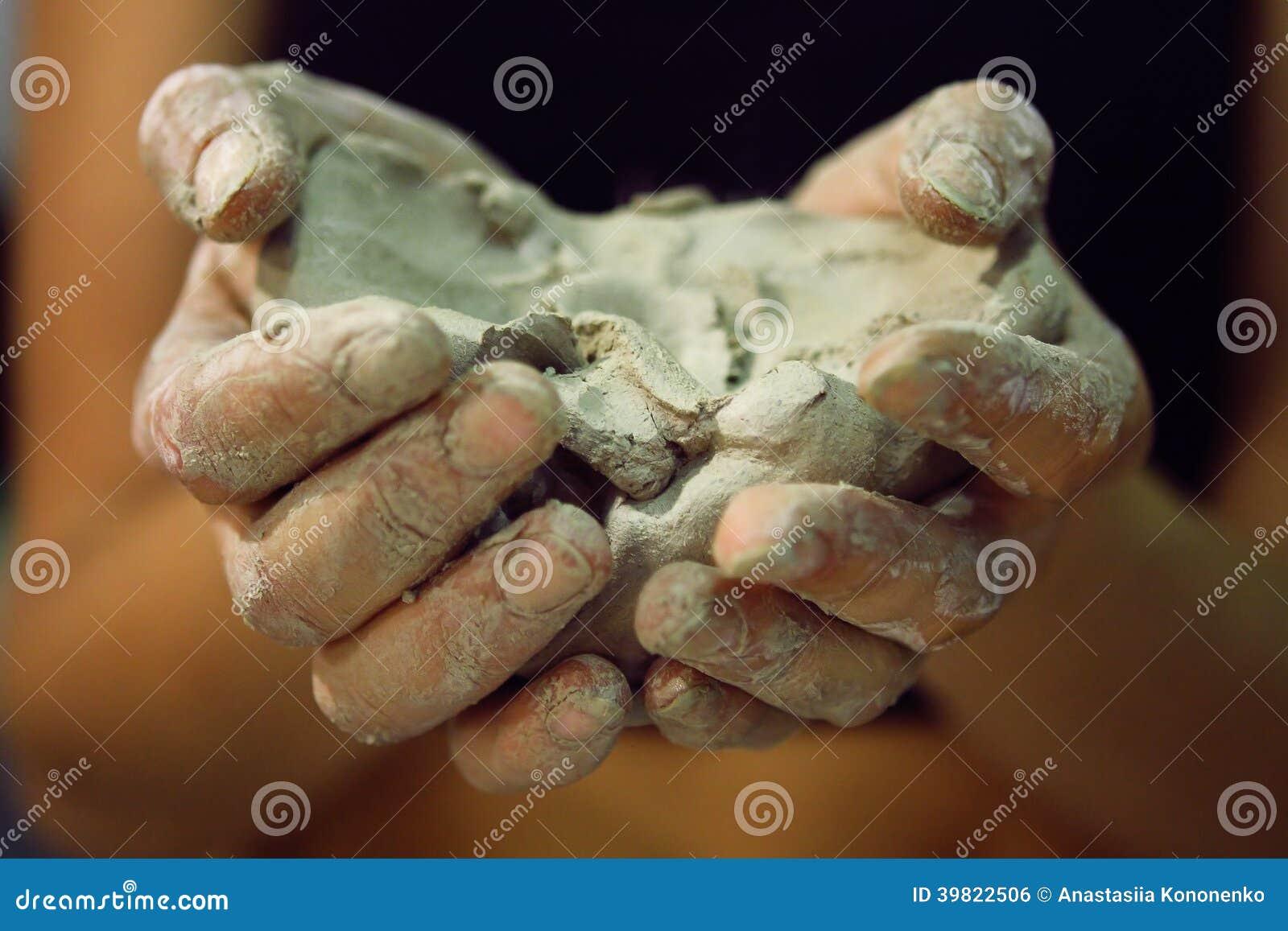 Ακατέργαστος άργιλος στα χέρια των γυναικών