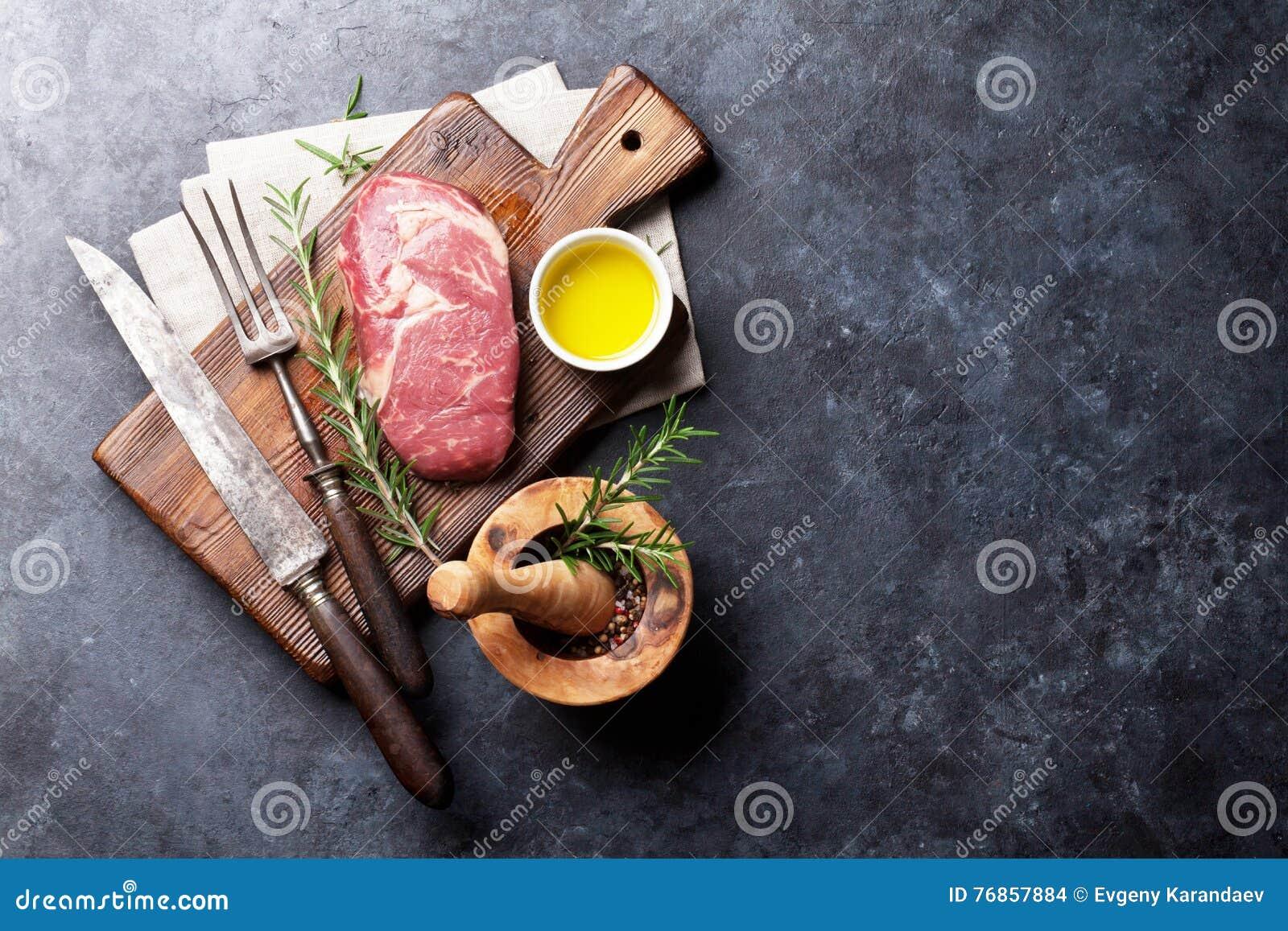Ακατέργαστο μαγείρεμα μπριζόλας βόειου κρέατος