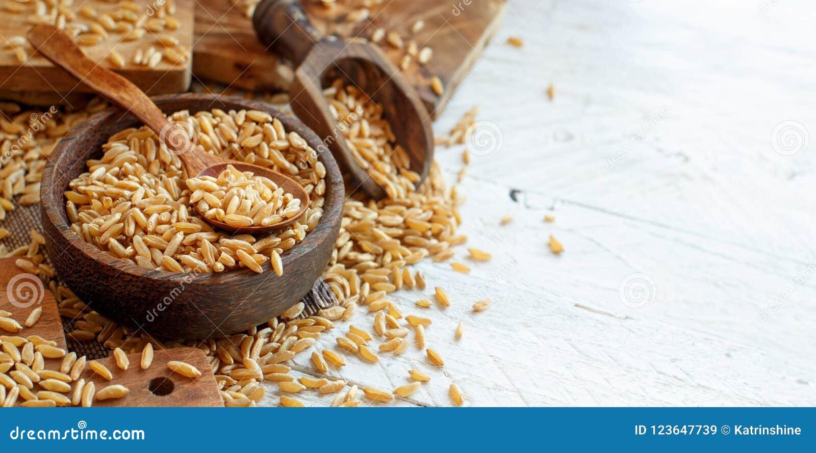 Ακατέργαστο σιτάρι Kamut σε ένα ξύλινο κύπελλο