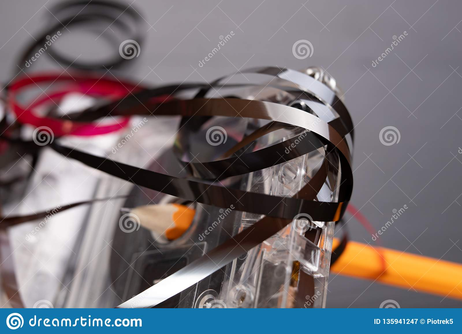 Ακουστικά κασέτα και μολύβι σε έναν μαύρο πίνακα Παλαιός μαγνητικός μεταφορέας στοιχείων