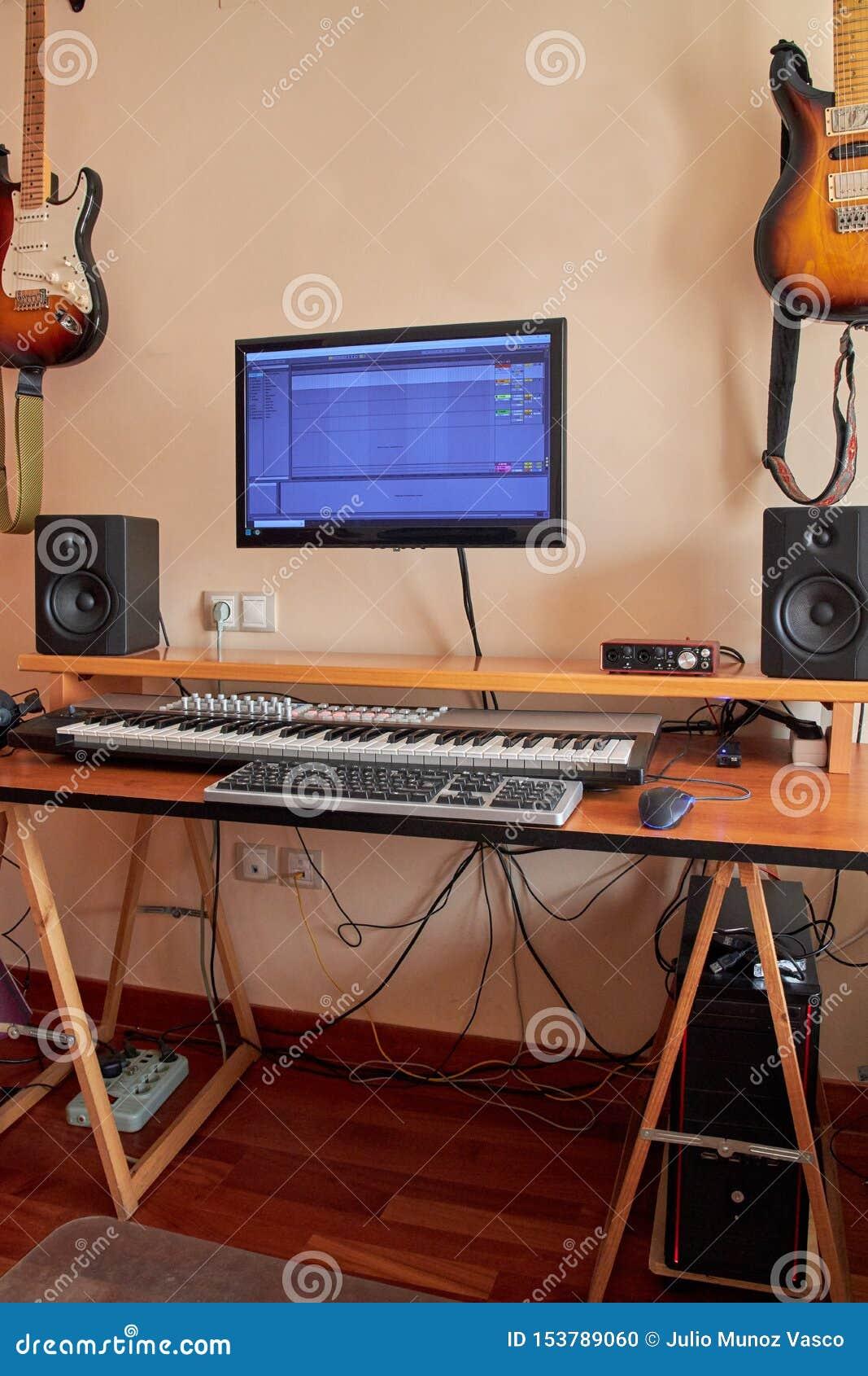 Ακουστικό εγχώριο στούντιο που εξοπλίζεται με το πληκτρολόγιο του Midi, τα όργανα ελέγχου και την υγιή κάρτα